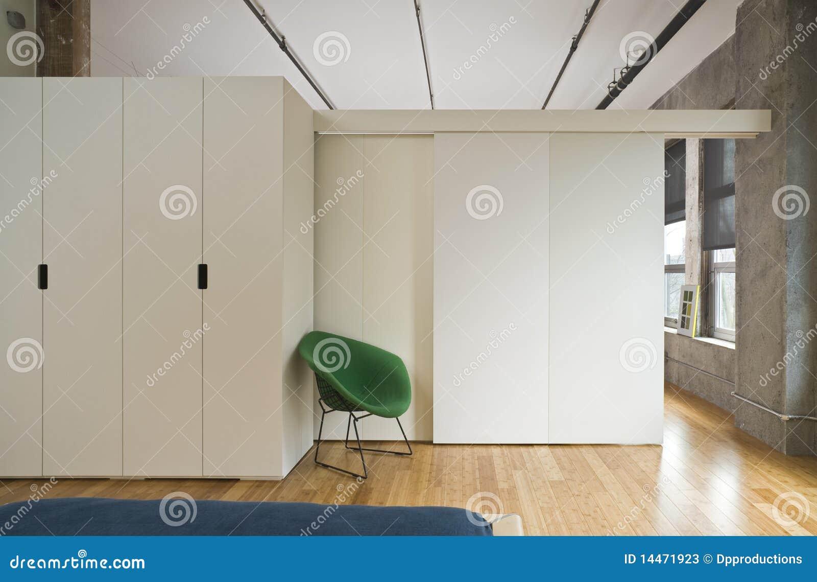 De moderne slaapkamer van de zolder stock foto 39 s afbeelding 14471923 - Moderne slaapkamer met kleedkamer ...