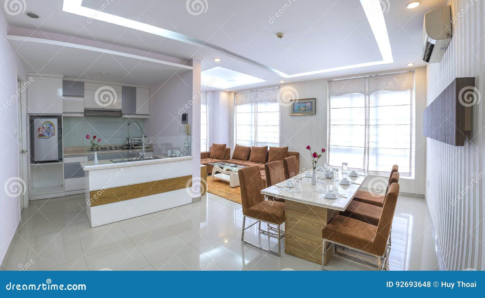 De moderne stijlflat combineert woonkamer eetkamer grote ruimte
