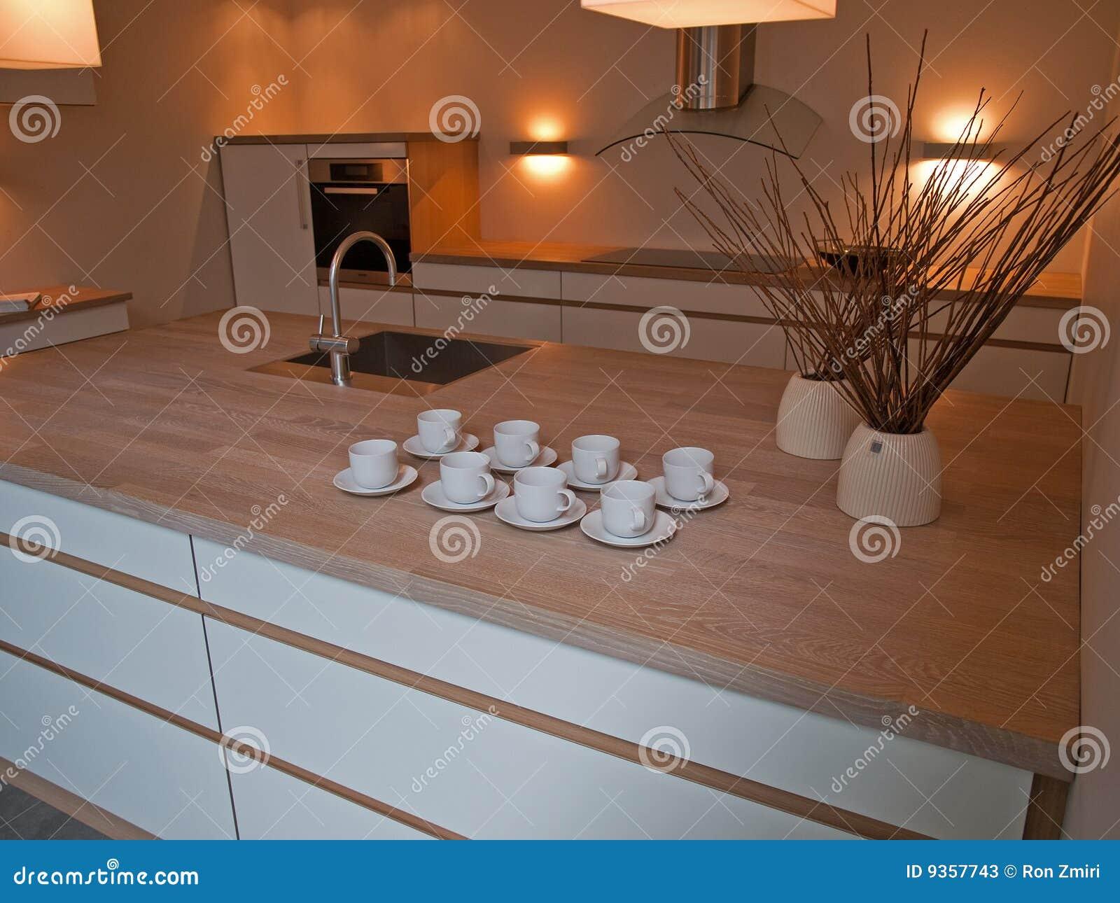 De moderne trendy schone lijnen ontwerpen houten keuken stock foto 39 s beeld 9357743 for Moderne keuken in de oude