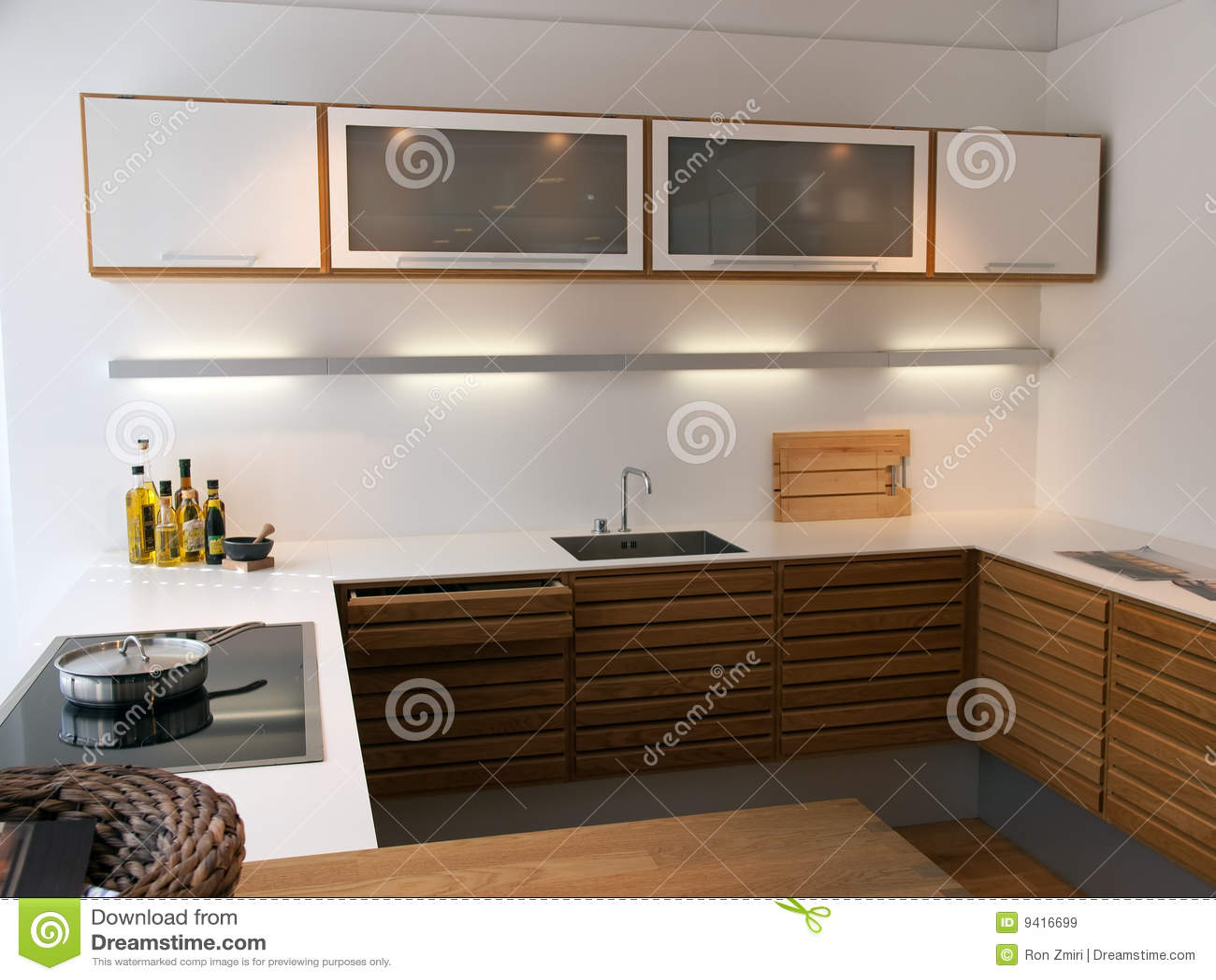 De moderne trendy schone lijnen ontwerpen houten keuken royalty ...