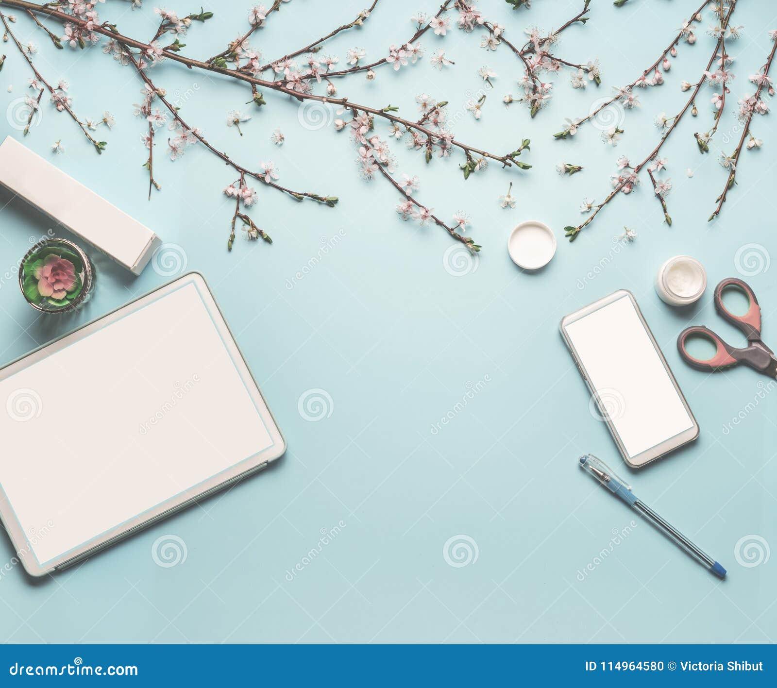 De moderne vlakte van de Desktopwerkplaats legt met spot omhoog van tabletcomputer en slimme telefoon, cosmetischee producten, de