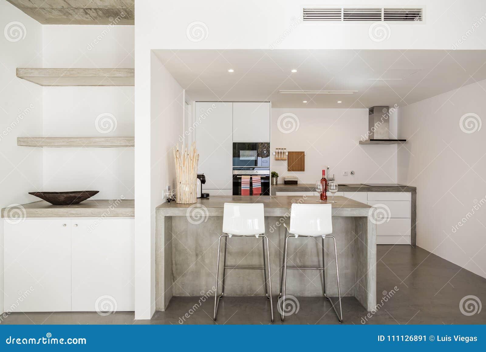 De moderne vloer van de keuken grijze tegel en witte muur stock