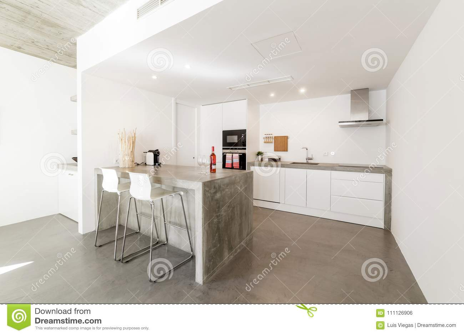 Moderne Keuken Grijs : De moderne vloer van de keuken grijze tegel en witte muur stock