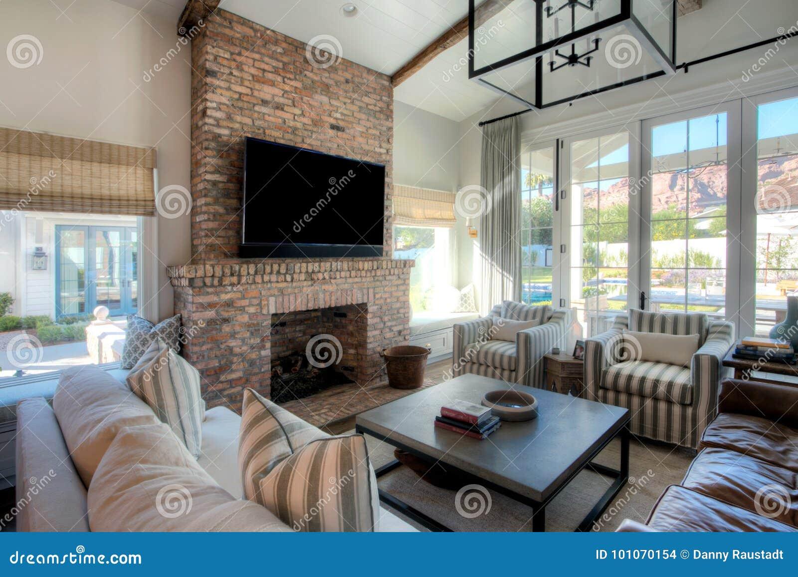 De moderne woonkamer van het herenhuis stock foto afbeelding