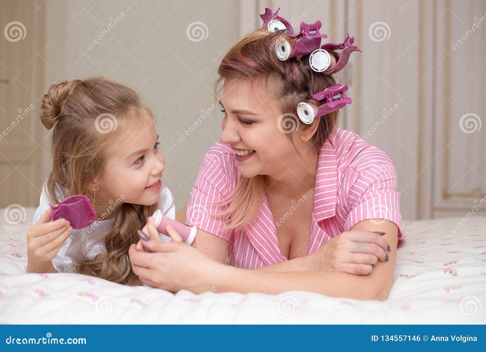 De moeder en de dochter doen haar en hebben pret