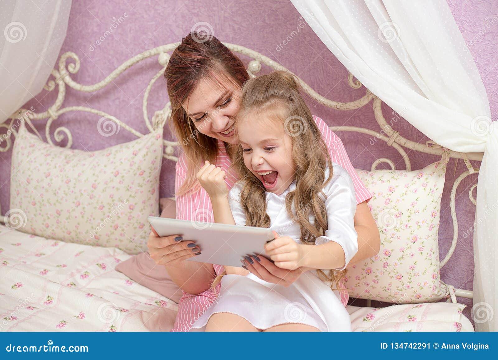 De moeder en de dochter gebruiken een tabletcomputer