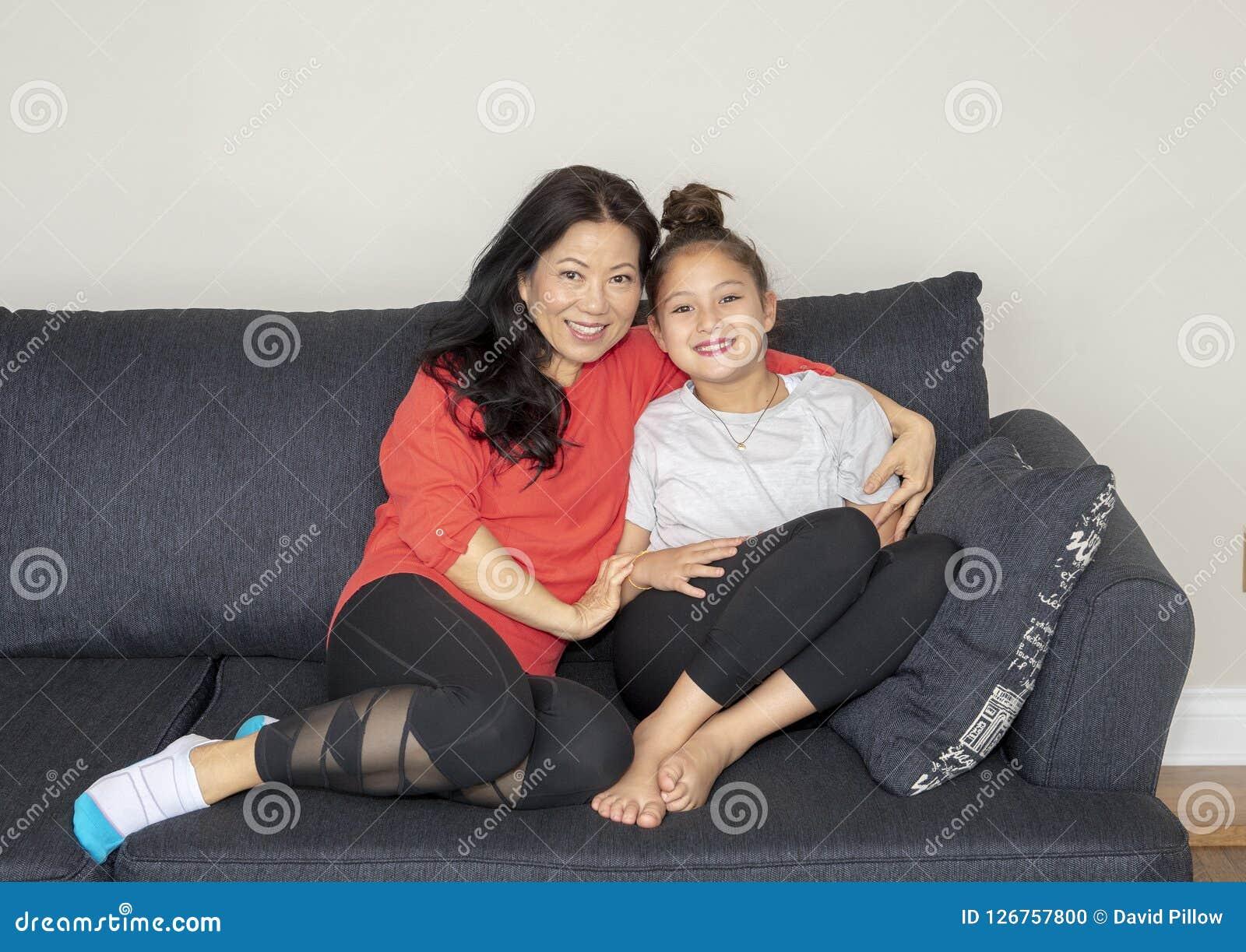De moeder en de dochter in hartelijk stellen op een laag
