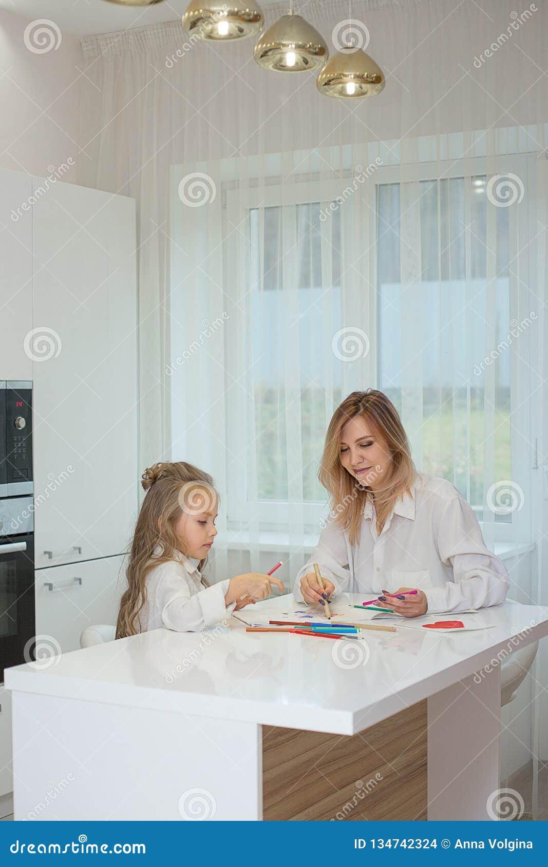 De moeder en de dochter trekken zich thuis samen