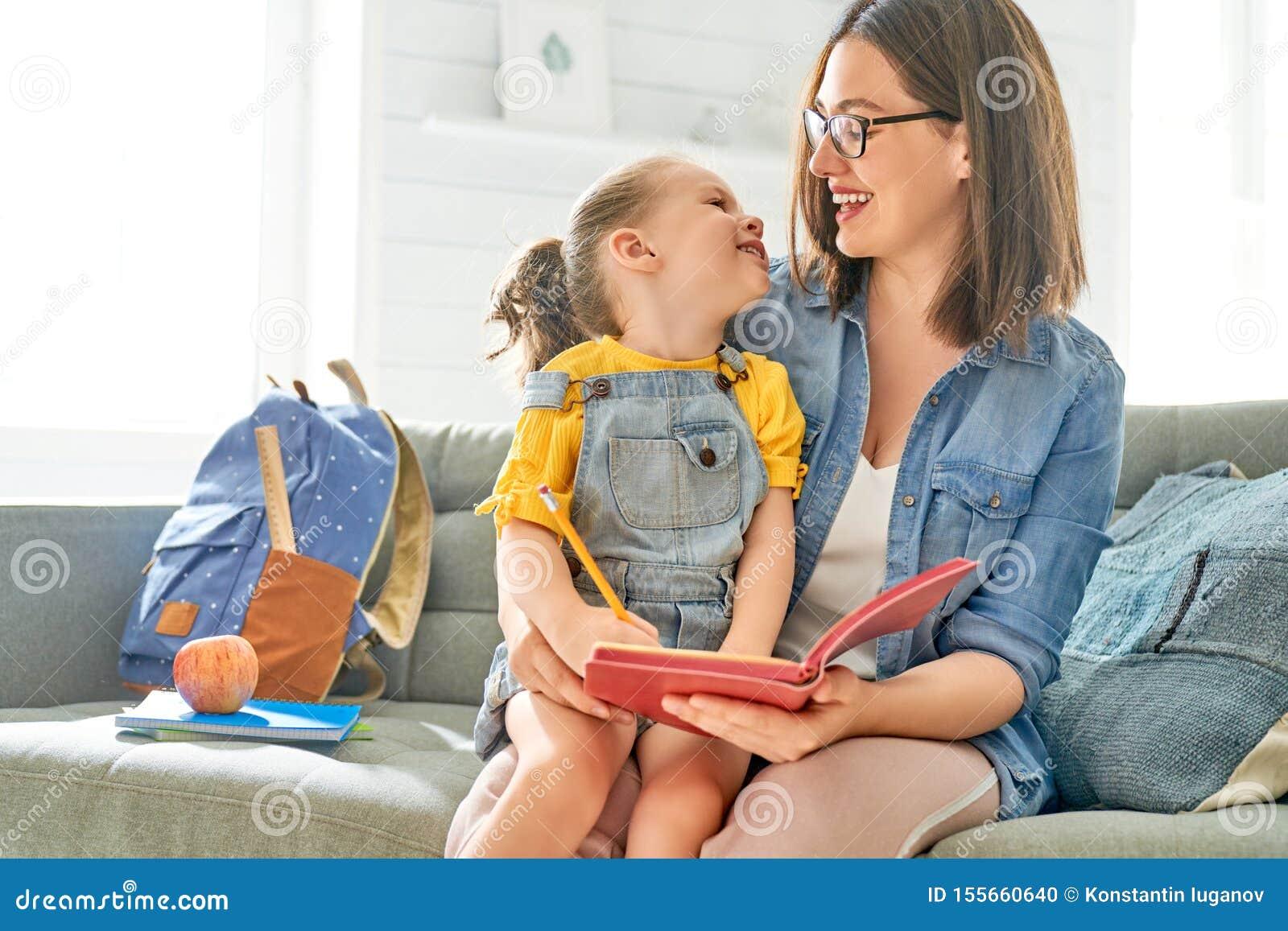 De moeder en haar dochter schrijven in notitieboekje