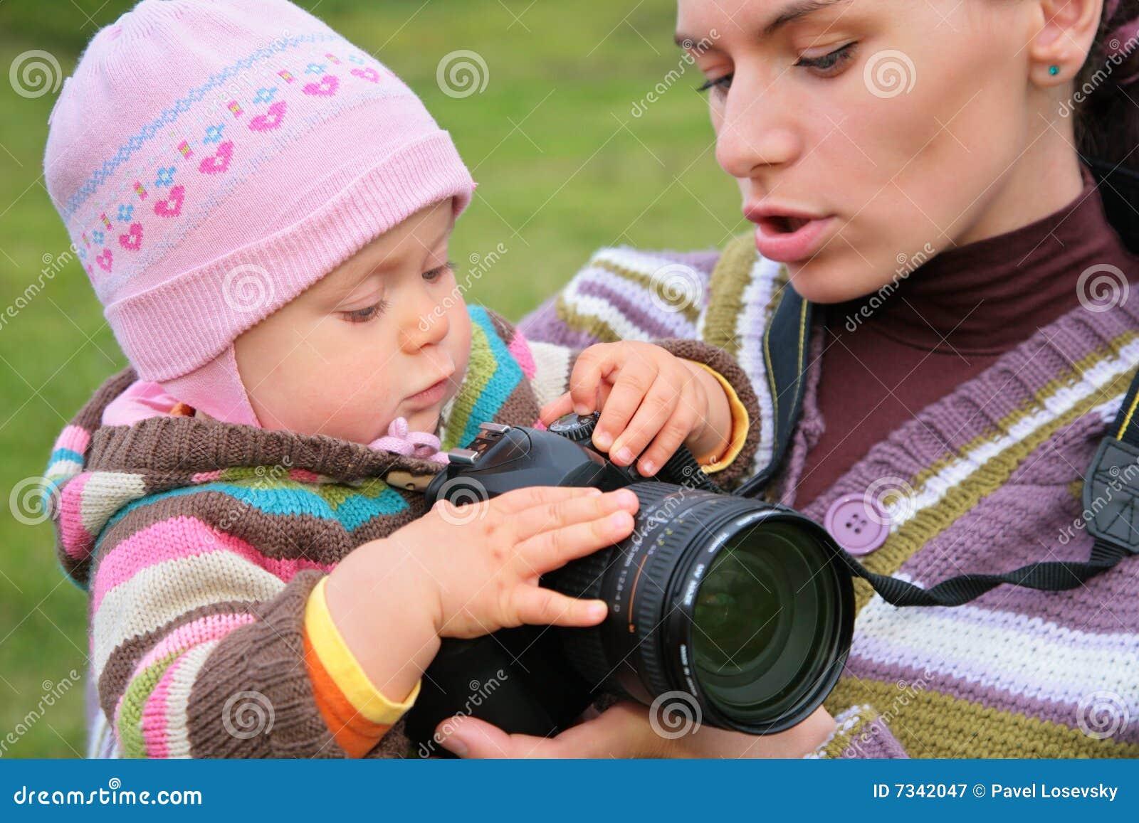 De moeder houdt baby met camera