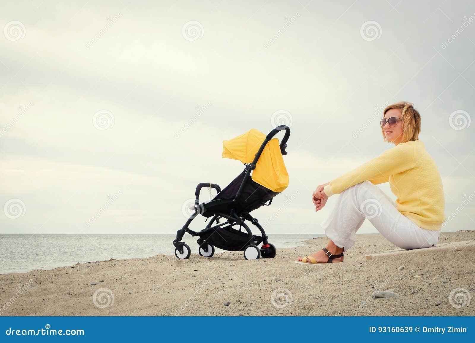 De moeder krijgt wat rust op strand