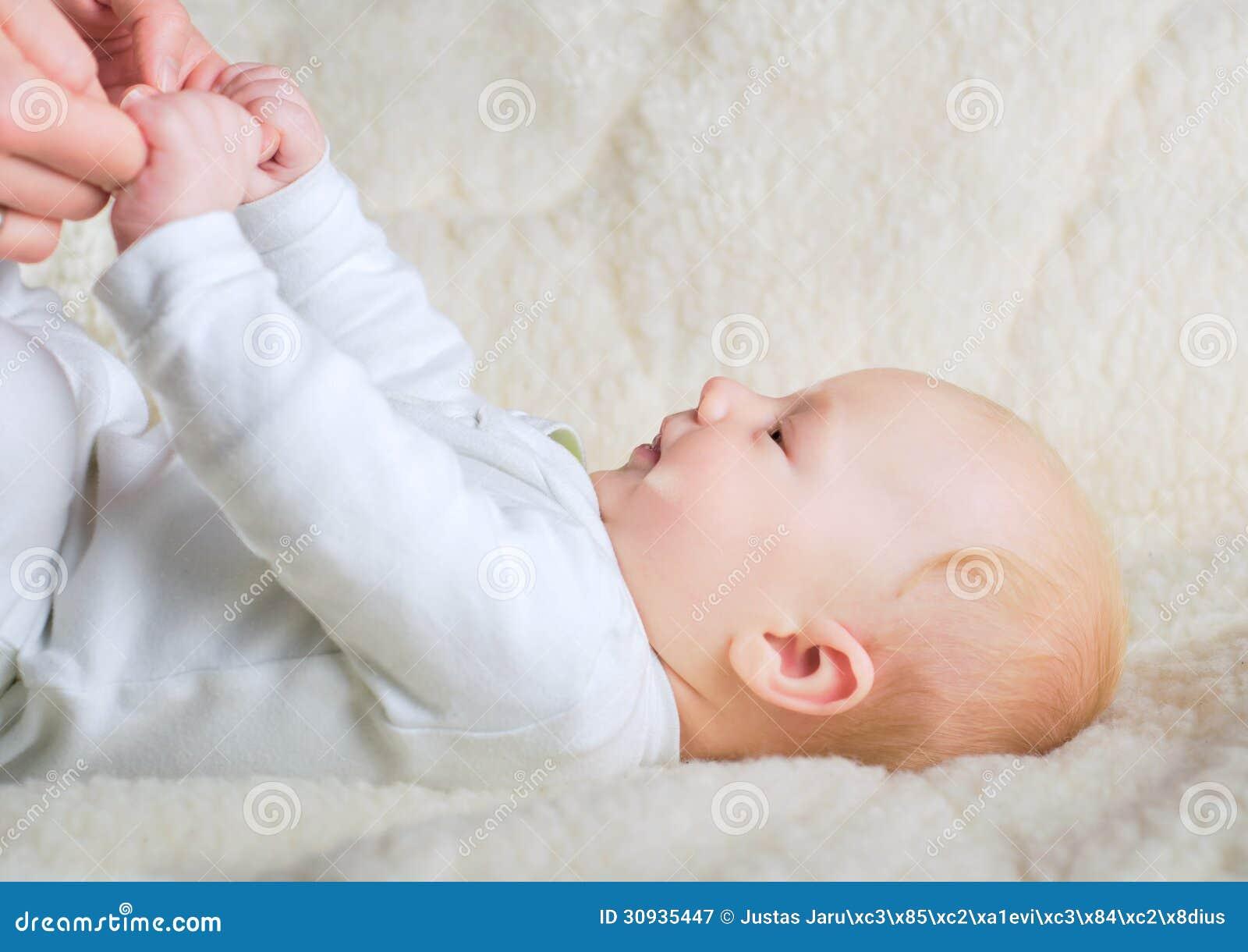 De moedershanden van de babyholding