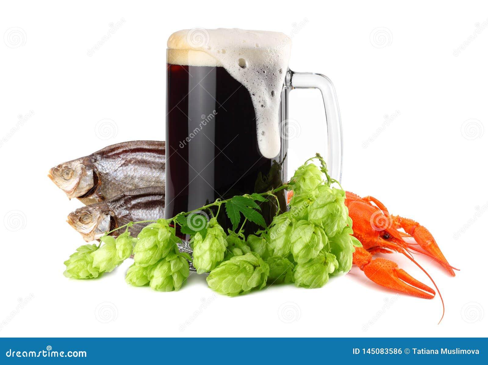 De mok donker bier met rivierkreeften en de droge vissen isoleren op witte achtergrond Het concept van de bierbrouwerij De achter