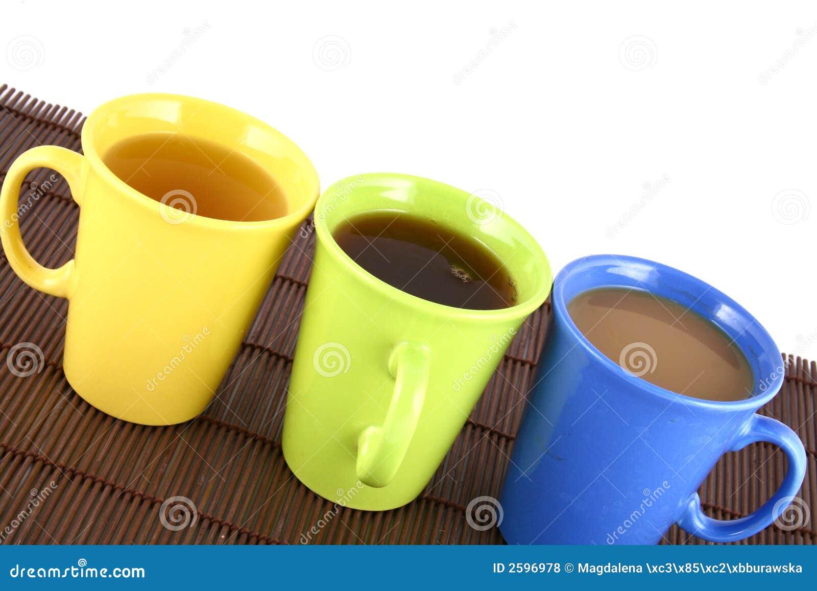 De mok van de kleur (met thee en koffie