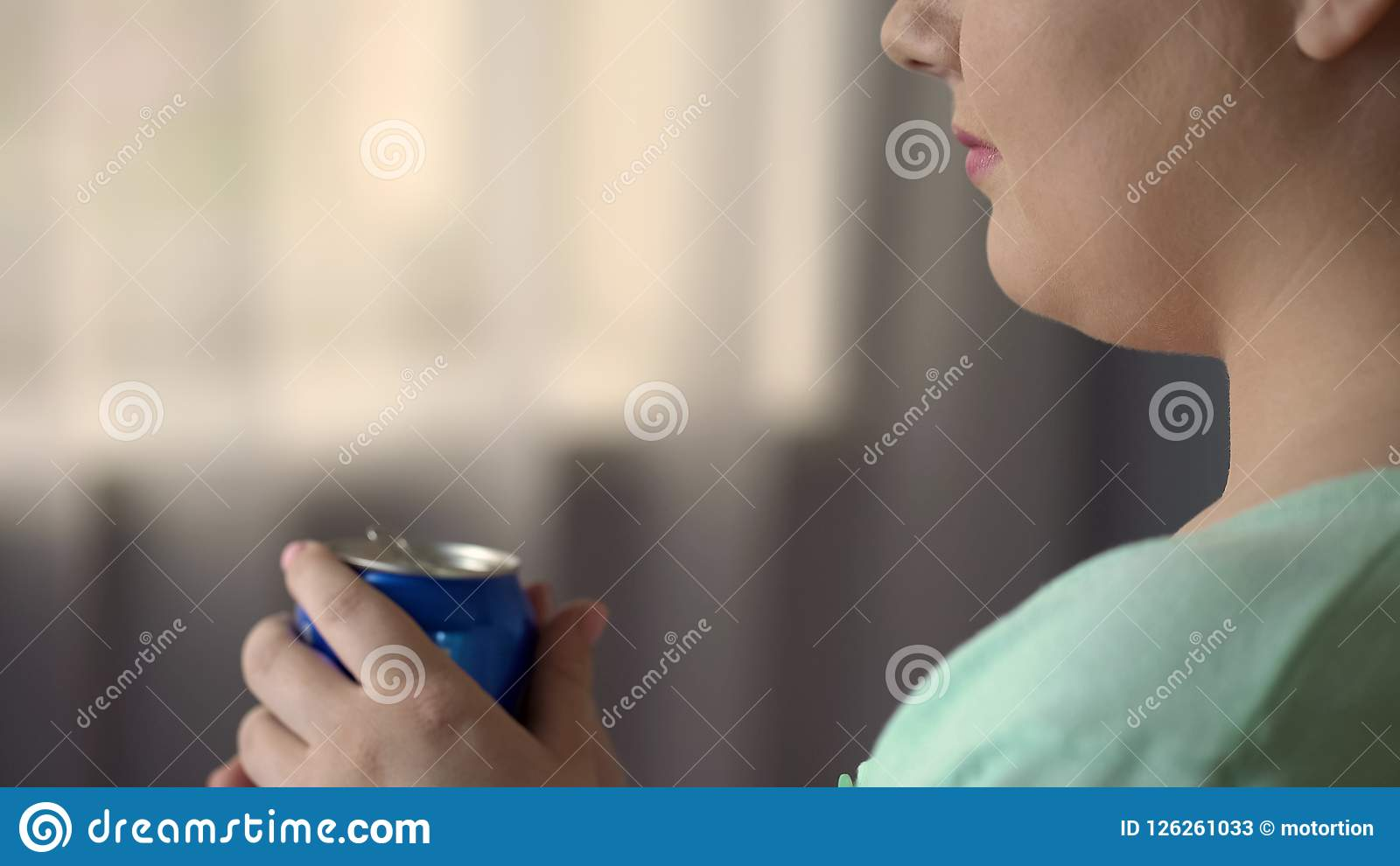 De mollige vrouwelijke het drinken soda of het bier bij alleen partij, ongezonde kost veroorzaken overgewicht