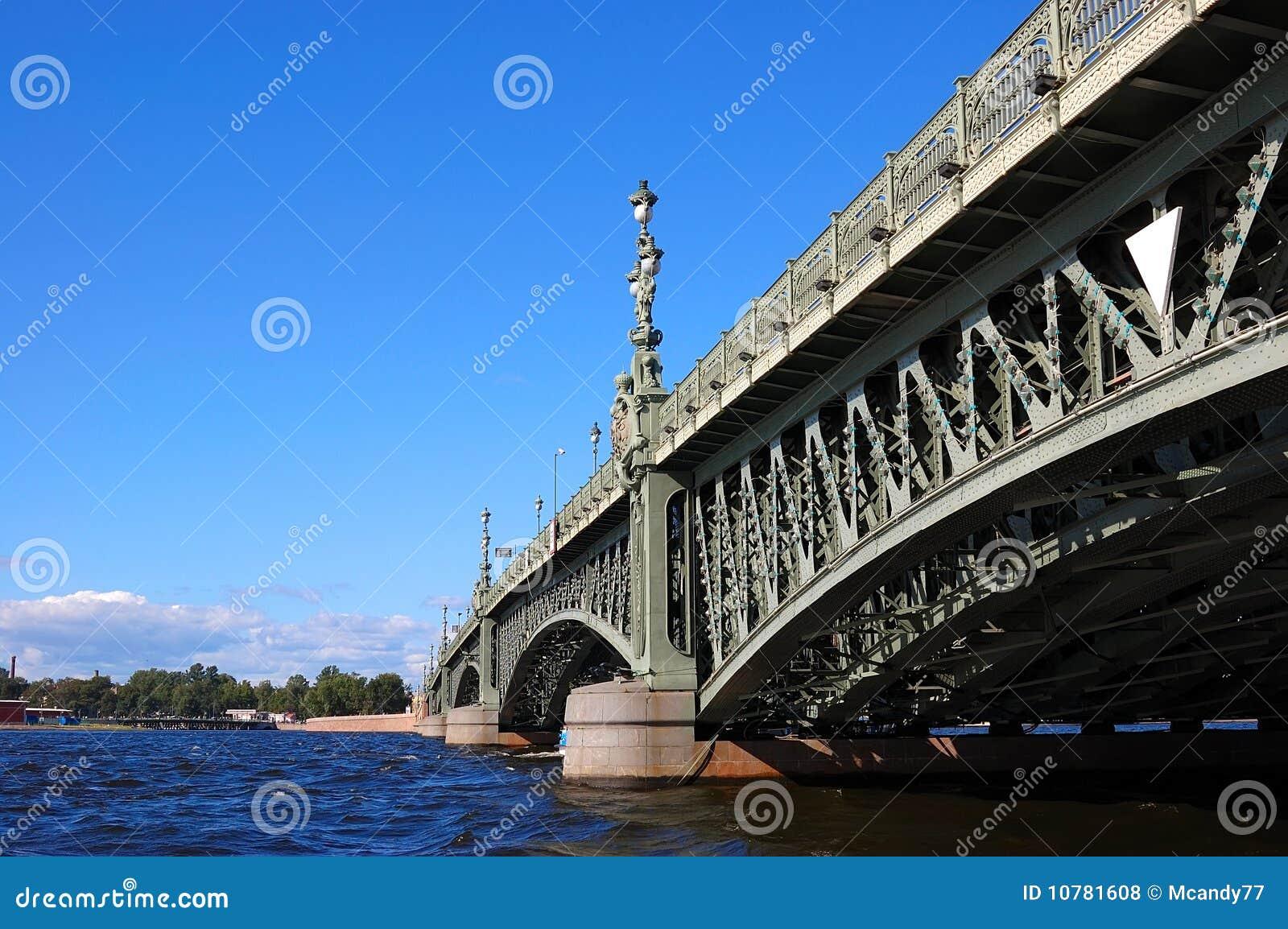 De mooie brug door de rivier