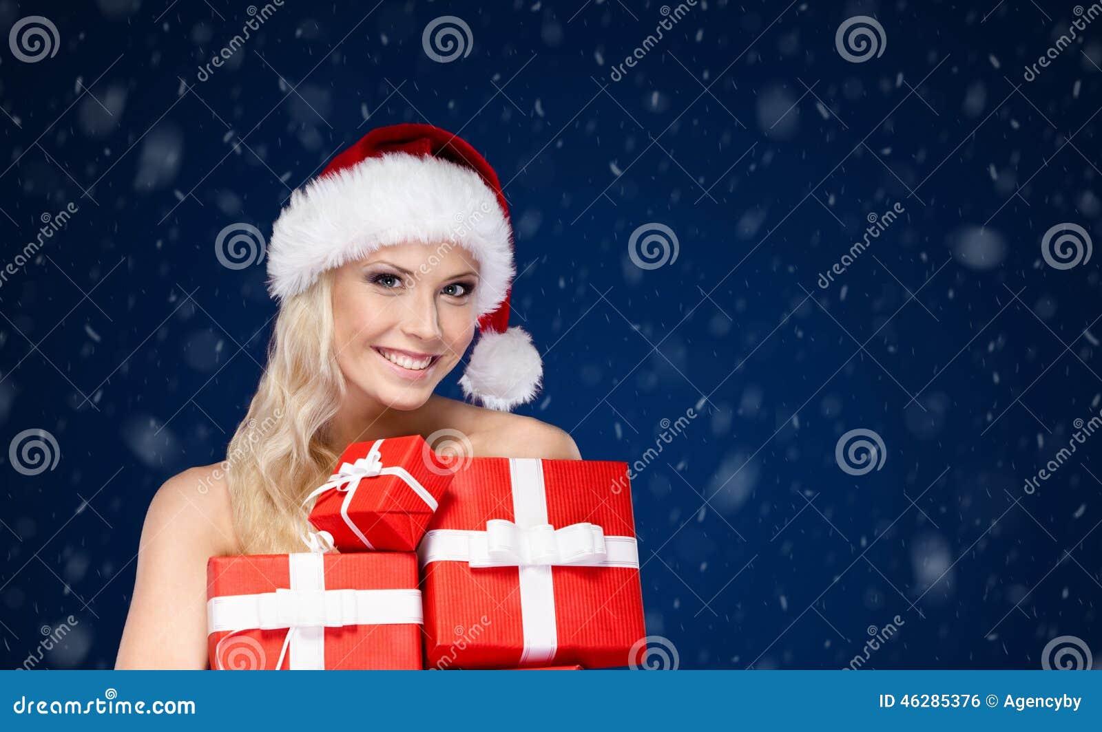 De mooie dame in Kerstmis GLB houdt een reeks van voorstelt