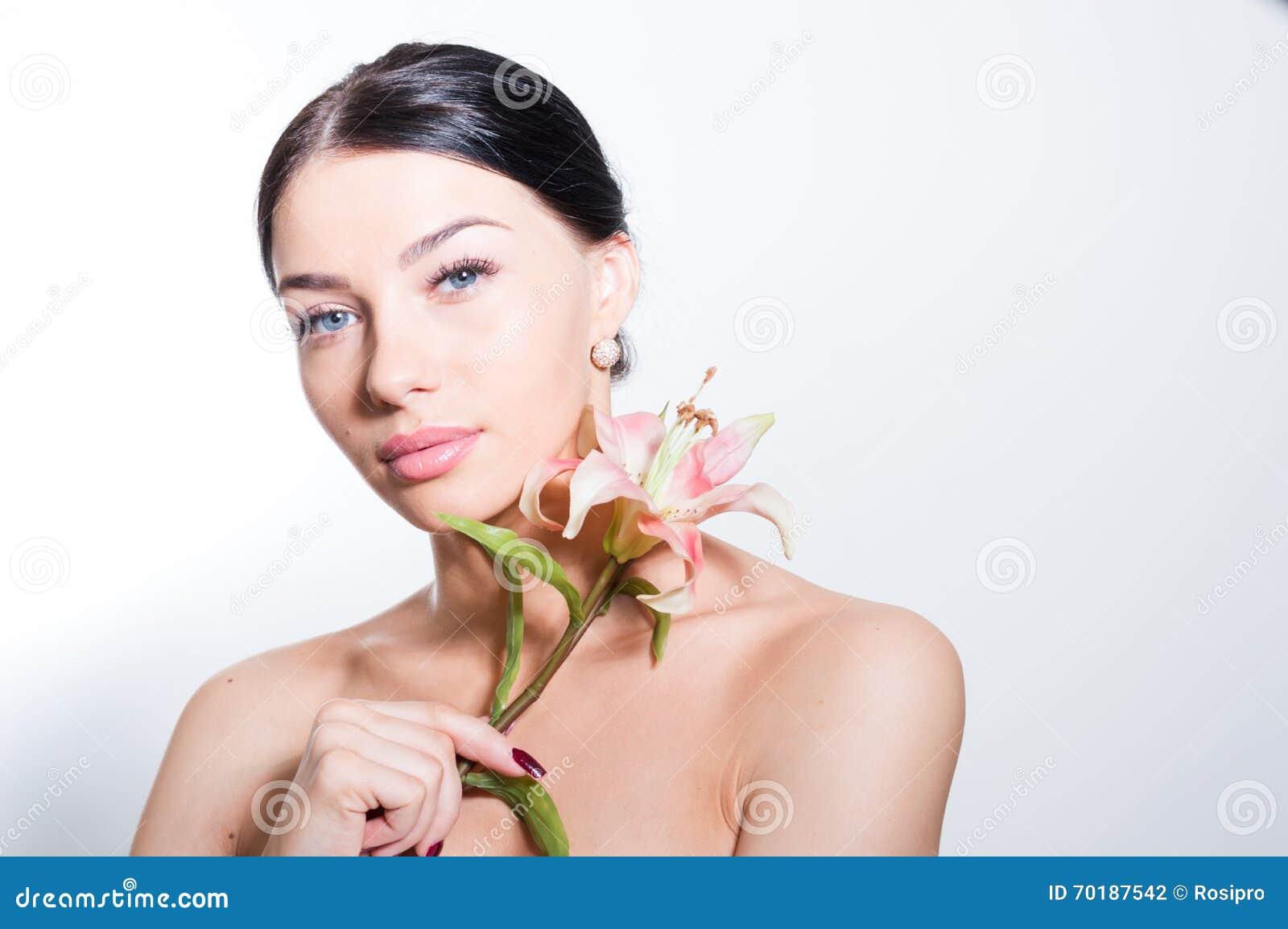 De mooie dame met lilly bloeit Perfecte huid
