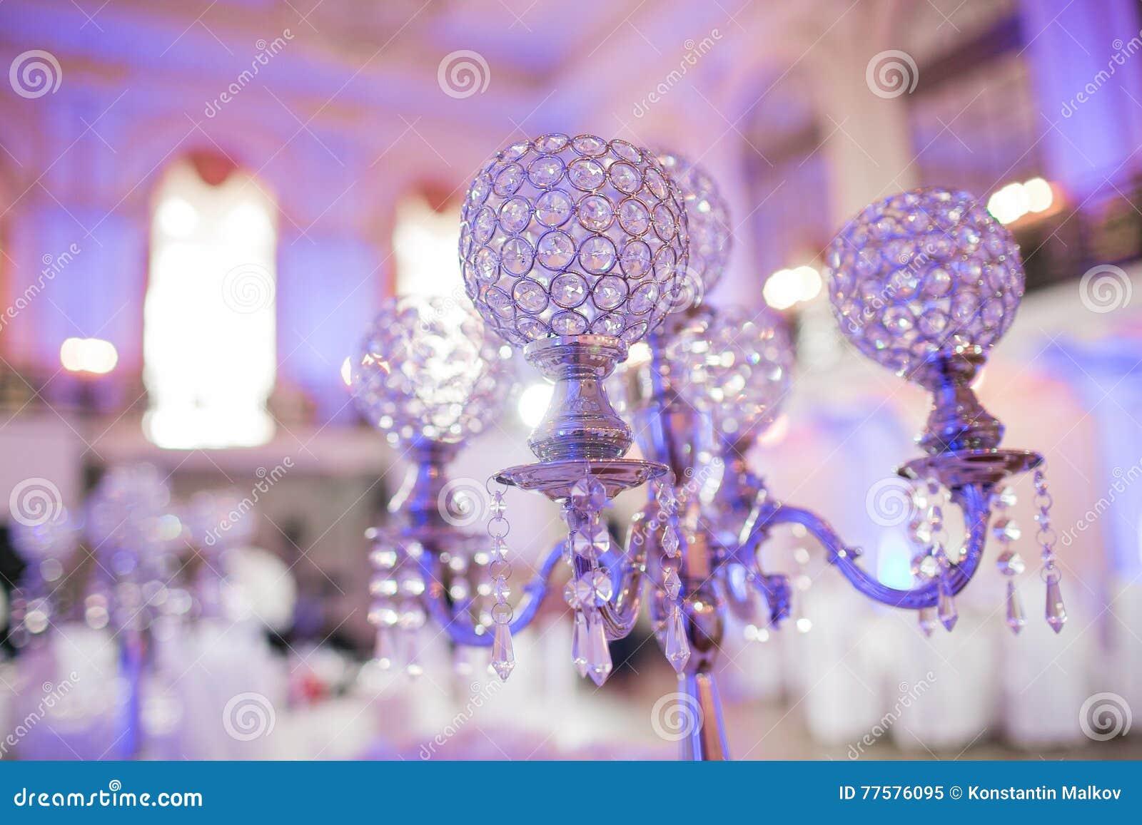 De mooie decoratie van de restaurant binnenlandse lijst voor huwelijk Bloem Witte orchideeën in vazen luxekaarsenhouders