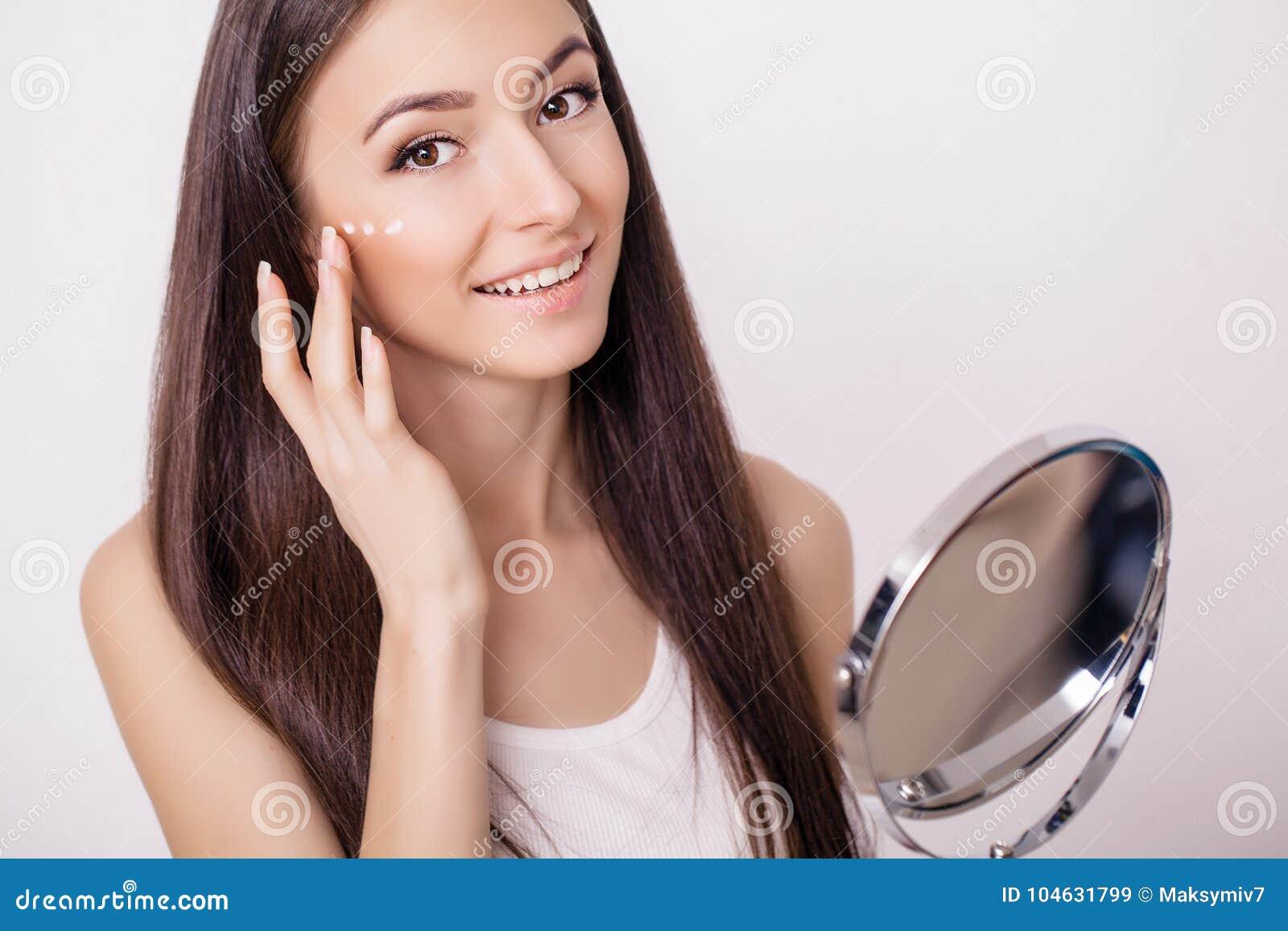 Download De Mooie Dichte Omhooggaande Studio Van Het Vrouwengezicht Op Roze Beeld Van Beautif Stock Afbeelding - Afbeelding bestaande uit up, voorwaarde: 104631799