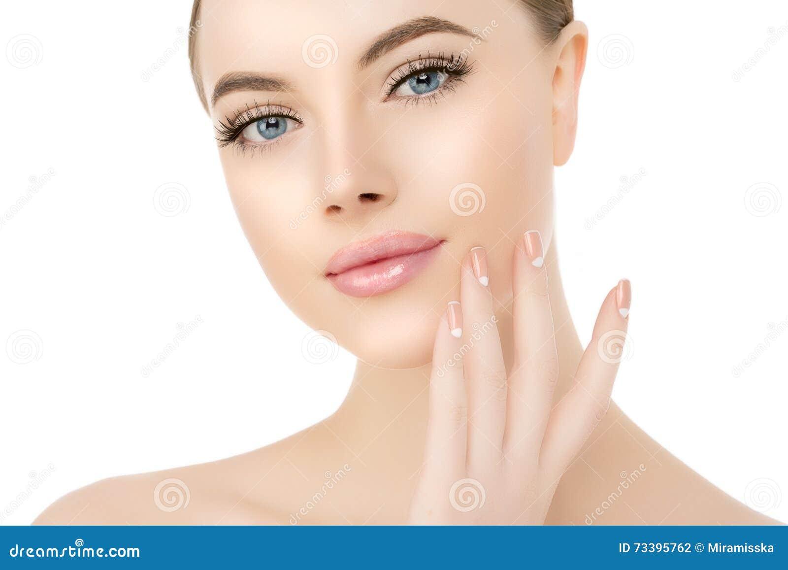 De mooie dichte omhooggaande studio van het vrouwengezicht op wit Beauty spa model