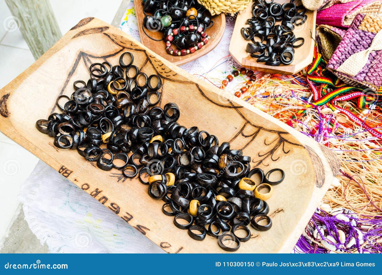De mooie die ringen van de artesanalkokosnoot bij ambachtsmarkten worden verkocht in Bahia in Brazilië