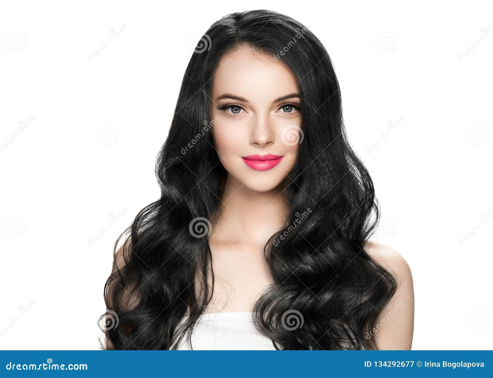 De mooie donkerbruine vrouw met wimpersuitbreiding en het lange donkerbruine krullende kapsel doorboren lippenstift