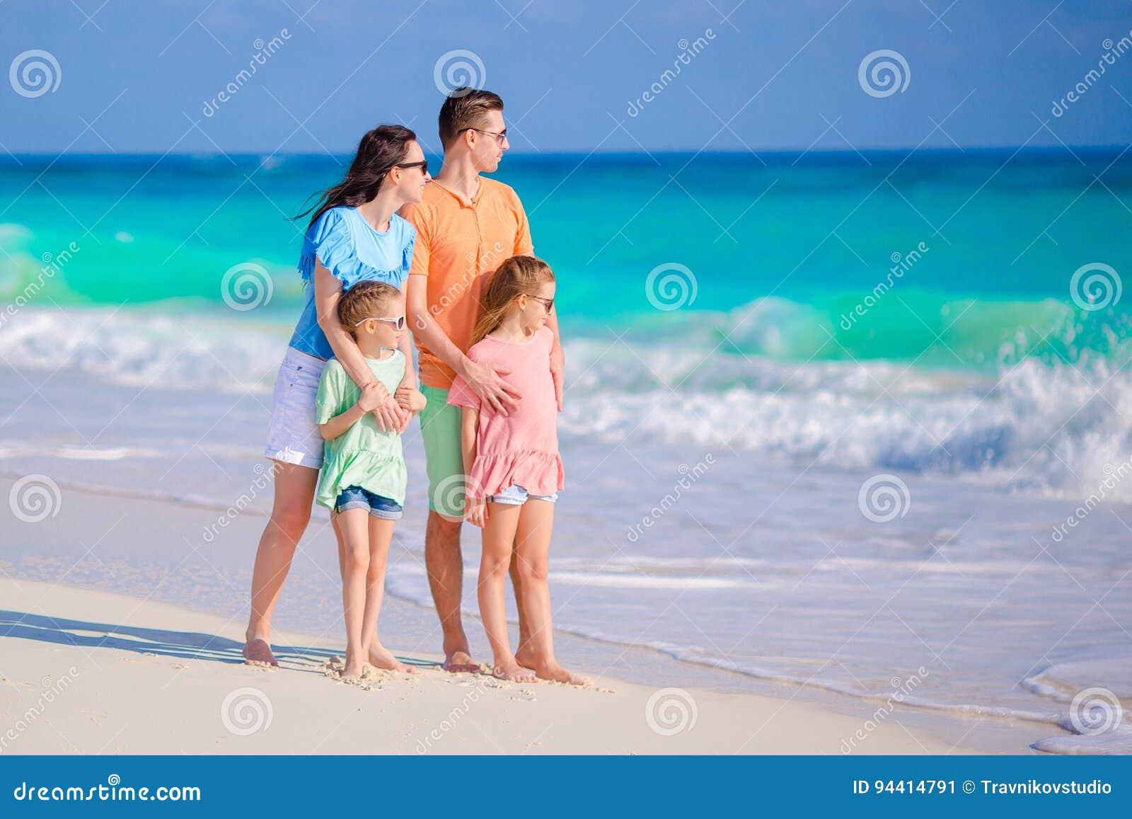 De mooie familie heeft heel wat pret op het strand