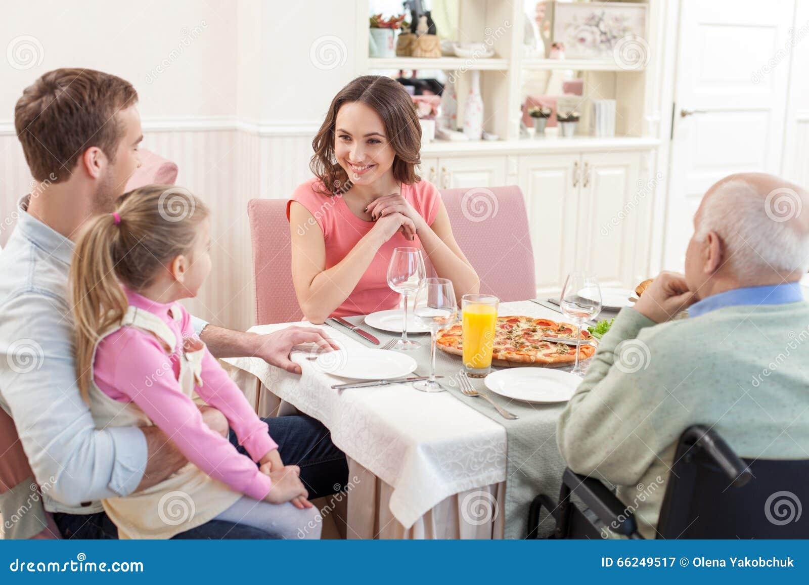 De mooie familie heeft samen een lunch