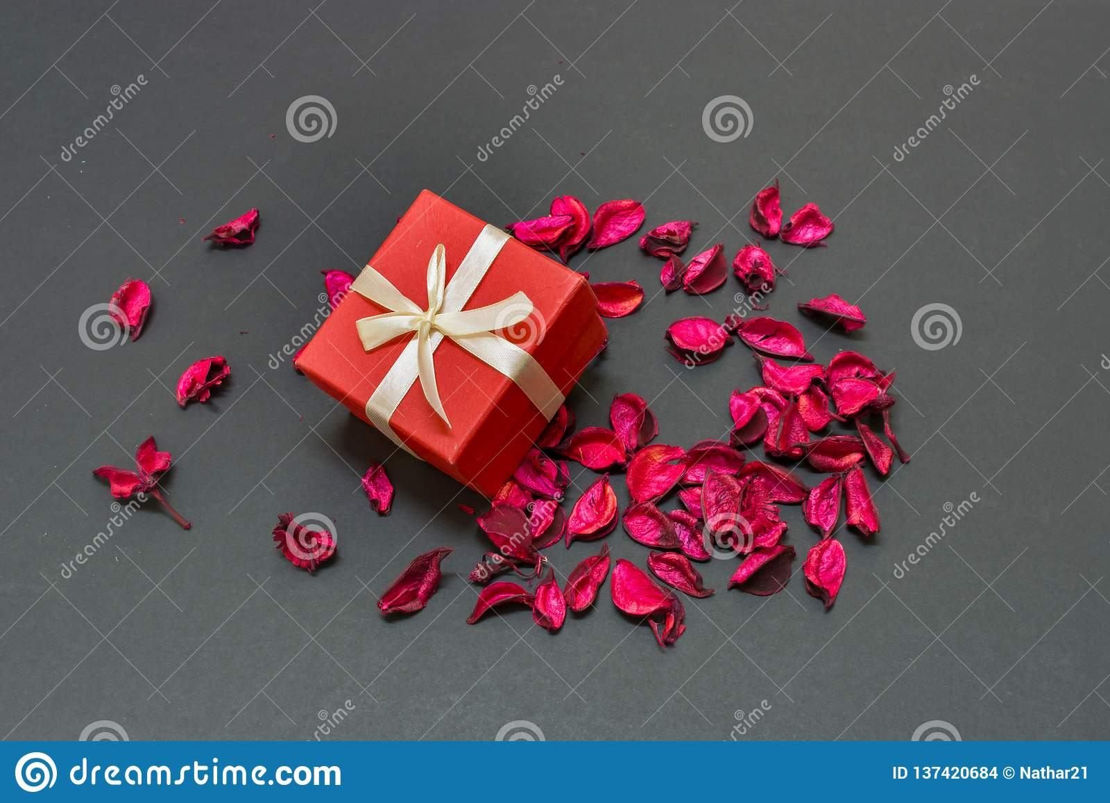 De mooie Gift van de Valentijnskaartendag voor de liefde van het leven in het centrum van roze bloemblaadjes