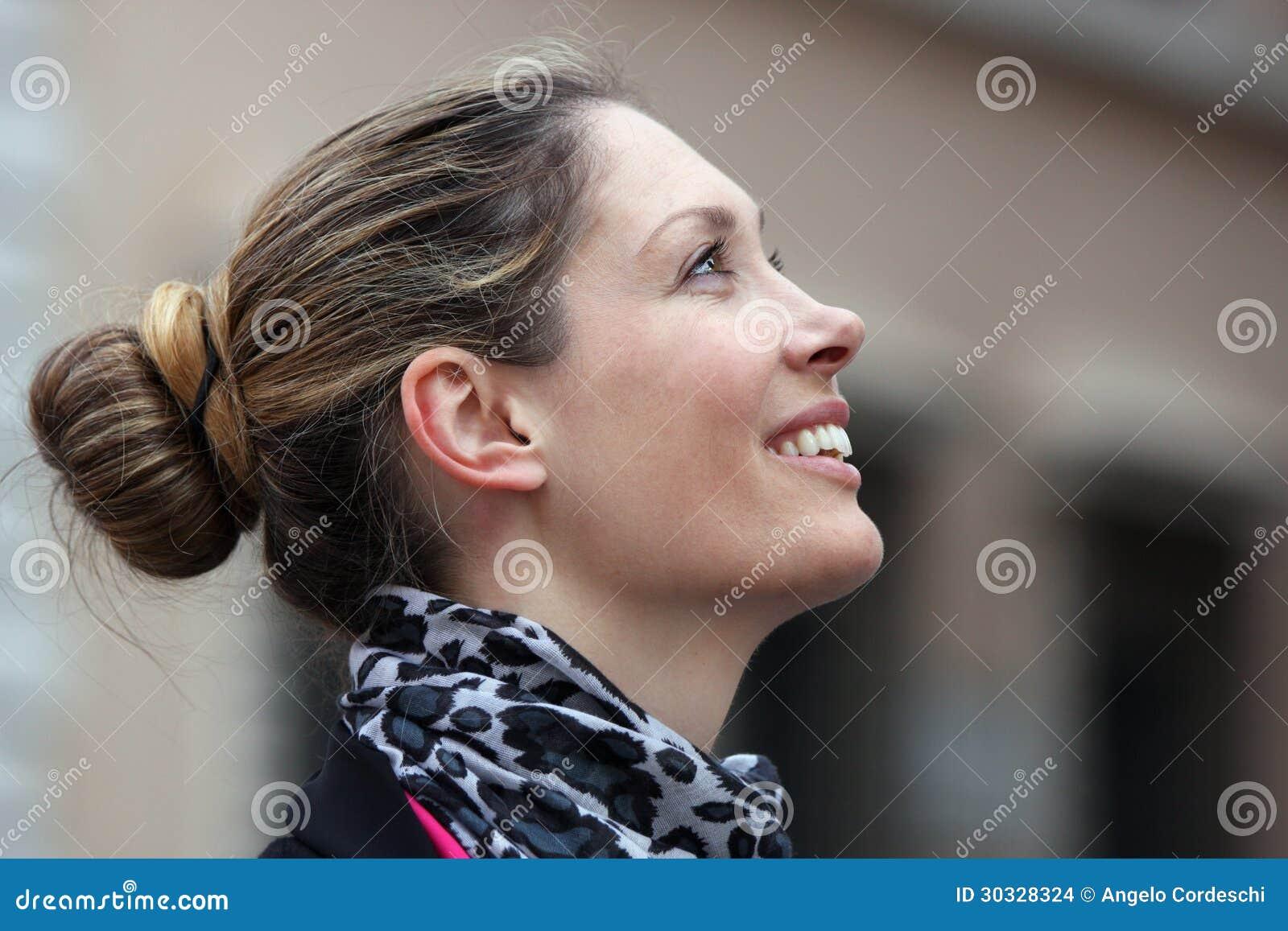 De mooie glimlach van het vrouwenprofiel