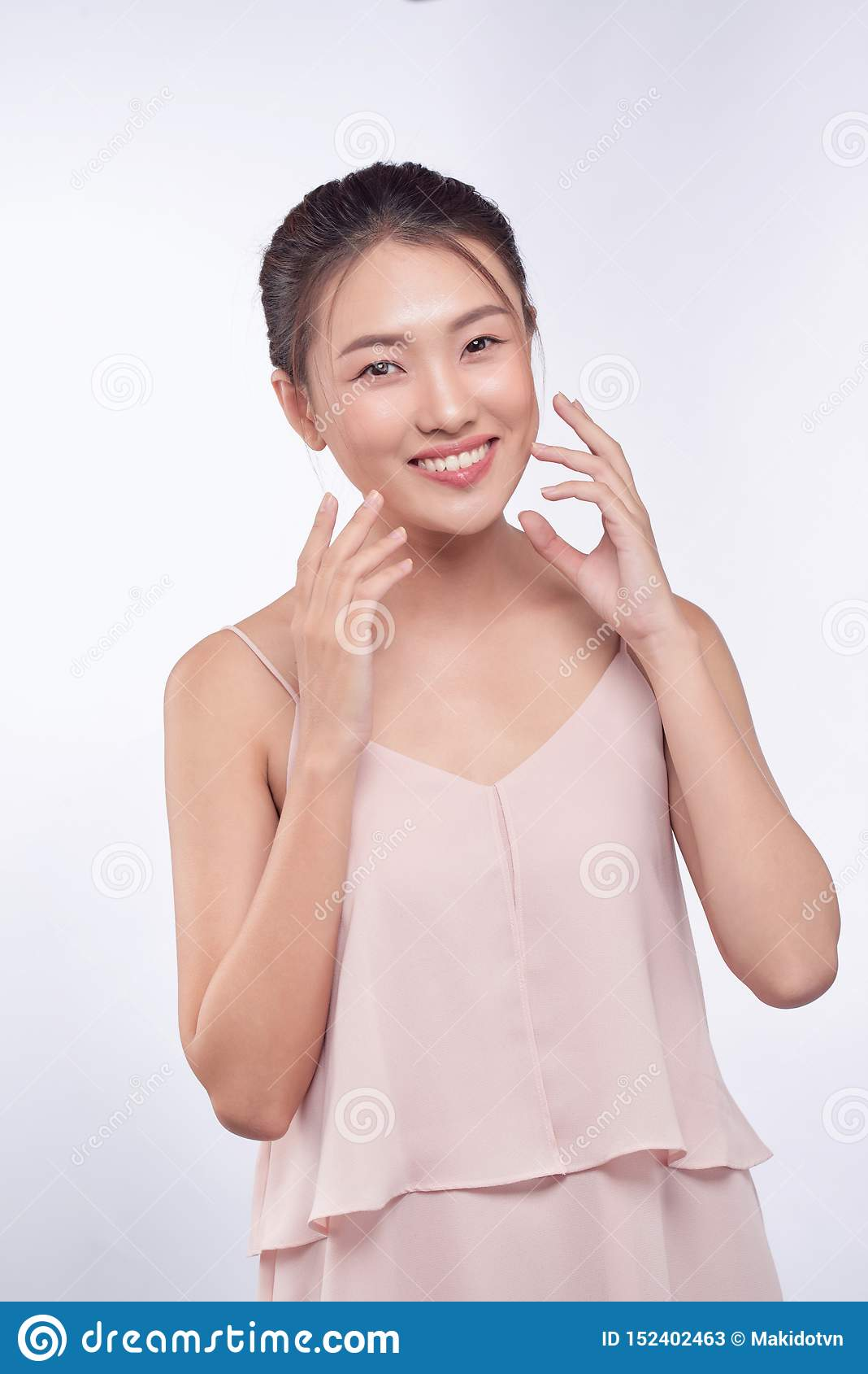 De mooie Jonge Aziatische Vrouw met Schone Verse Huid kijkt