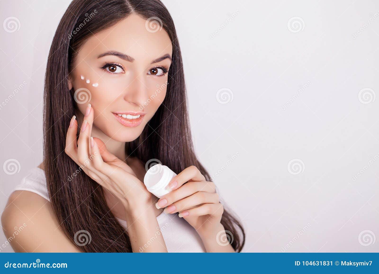 Download De Mooie Jonge Vrouw Met Schone Verse Huid Raakt Haar Gezicht Fac Stock Afbeelding - Afbeelding bestaande uit haar, levensstijl: 104631831