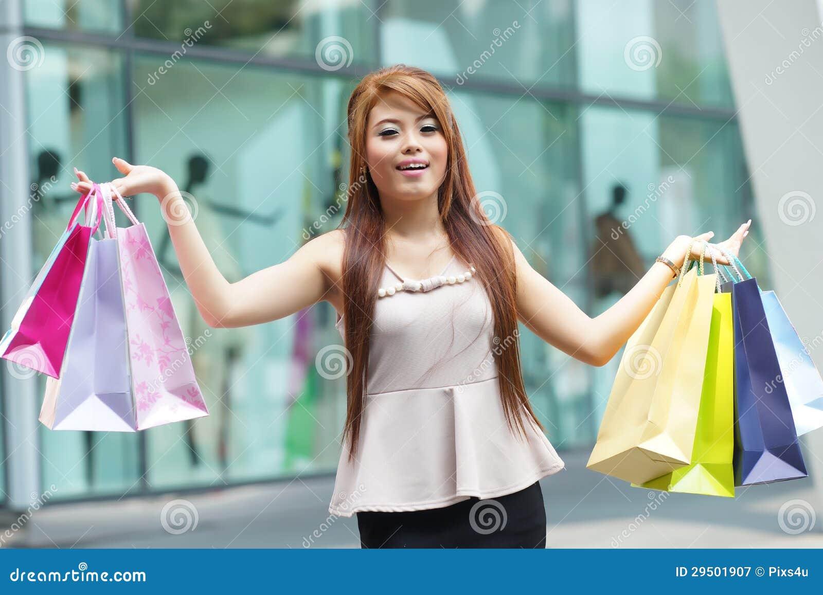 De mooie jonge vrouw toont een extatische uitdrukking