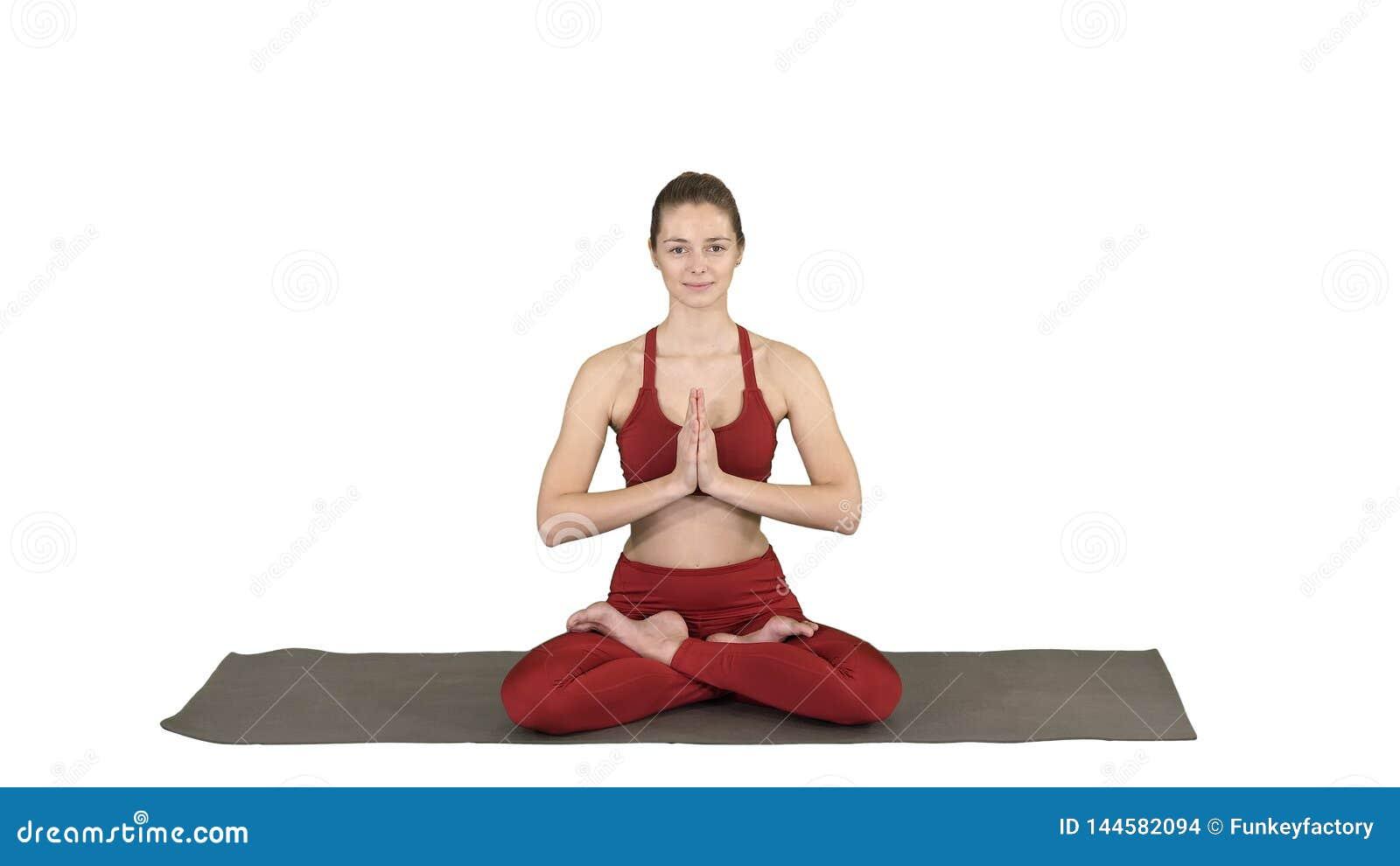 De mooie jonge vrouwenzitting in yoga stelt Lotus veranderend positie van haar handen op witte achtergrond