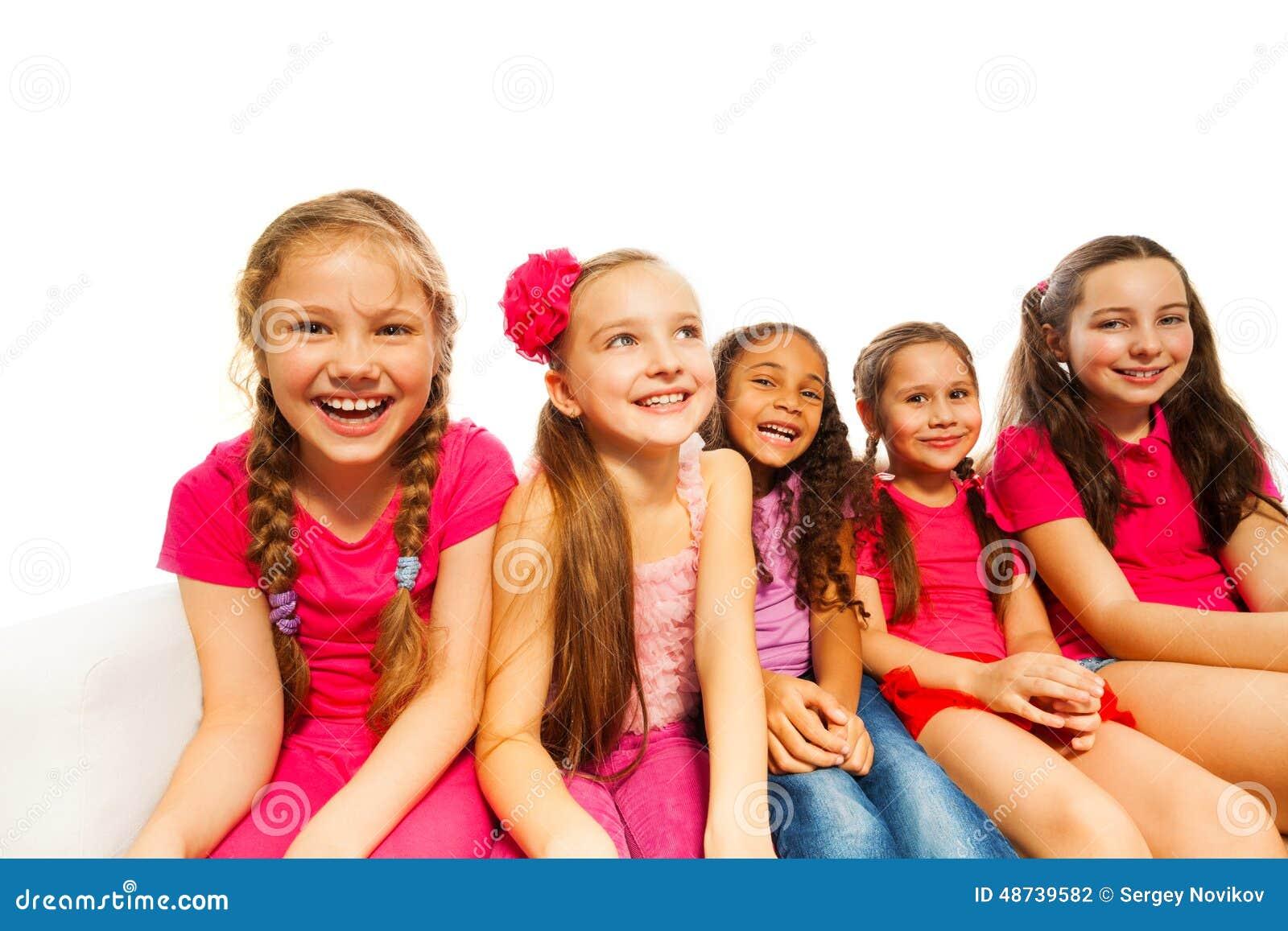 De mooie kleine meisjes zitten samen op witte bank stock foto afbeelding 48739582 - Foto slaapkamer klein meisje ...