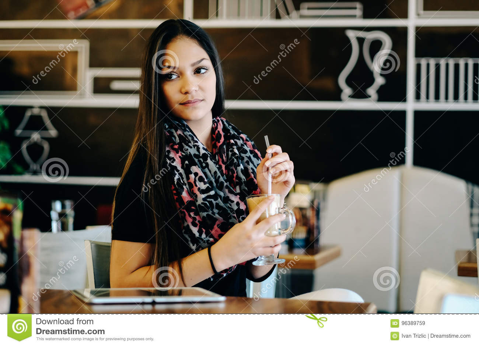 De mooie meisje het drinken schok van ijsmocha in een koffie