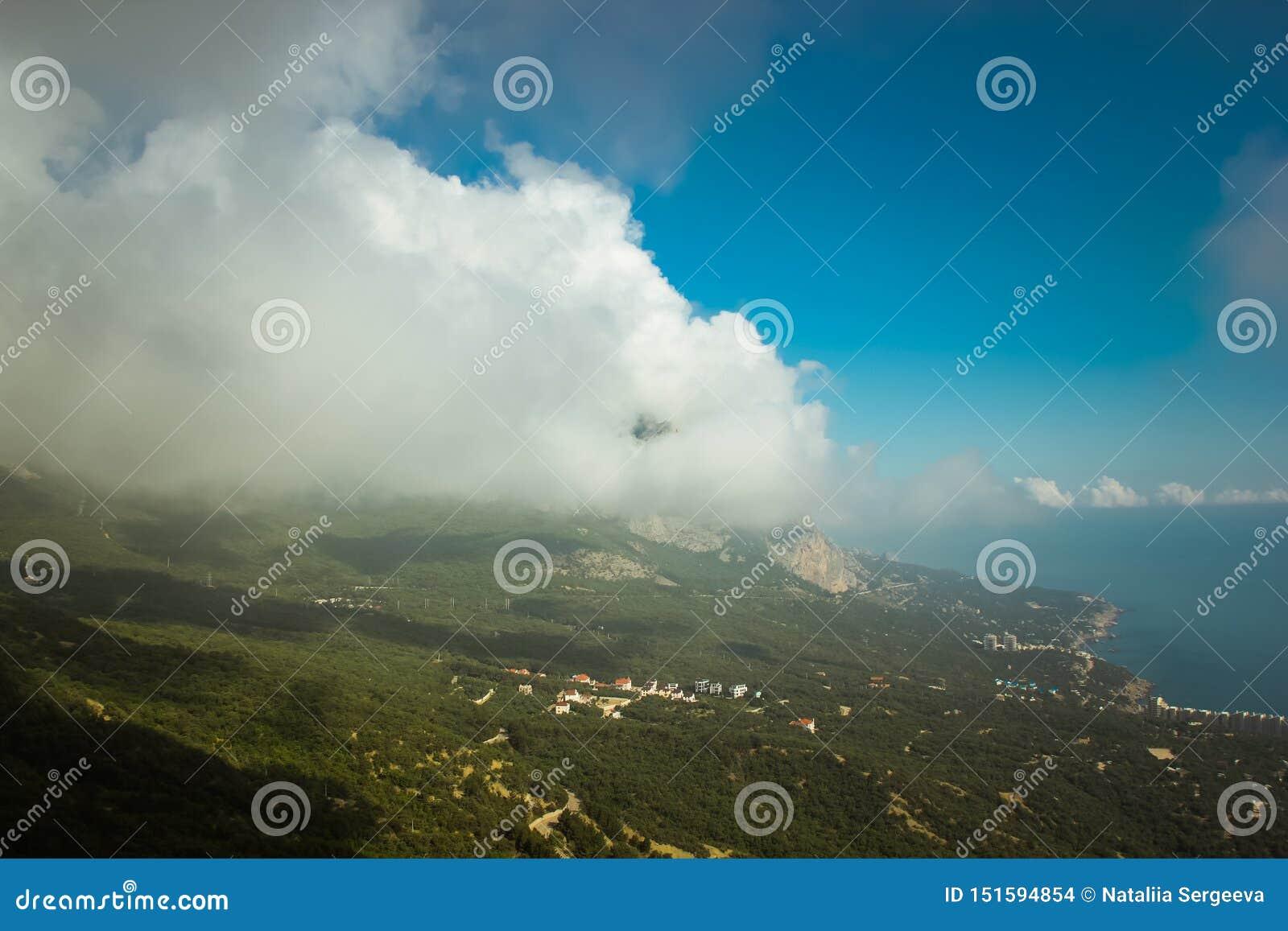 De mooie mening van berg AI-Petri de bergen en het overzees van de Krim Het overzeese landschap van de berg en