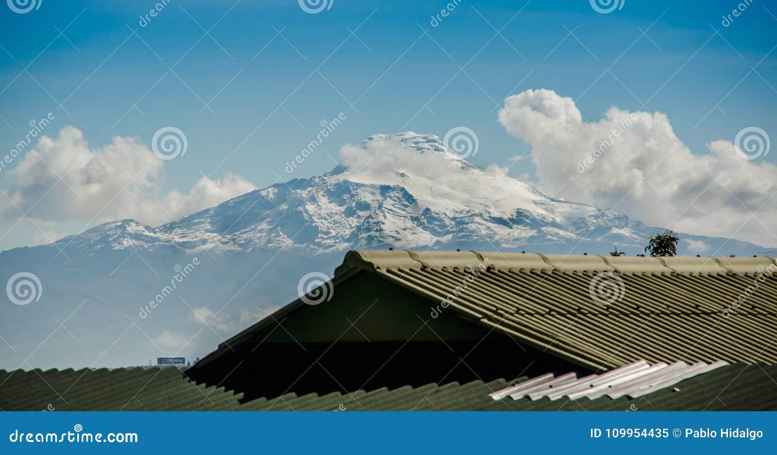 De mooie mening van de sneeuw caped Illinizas-vulkaan, in de Ecuatoriaanse Andes, op een zonnige en donkere ochtend