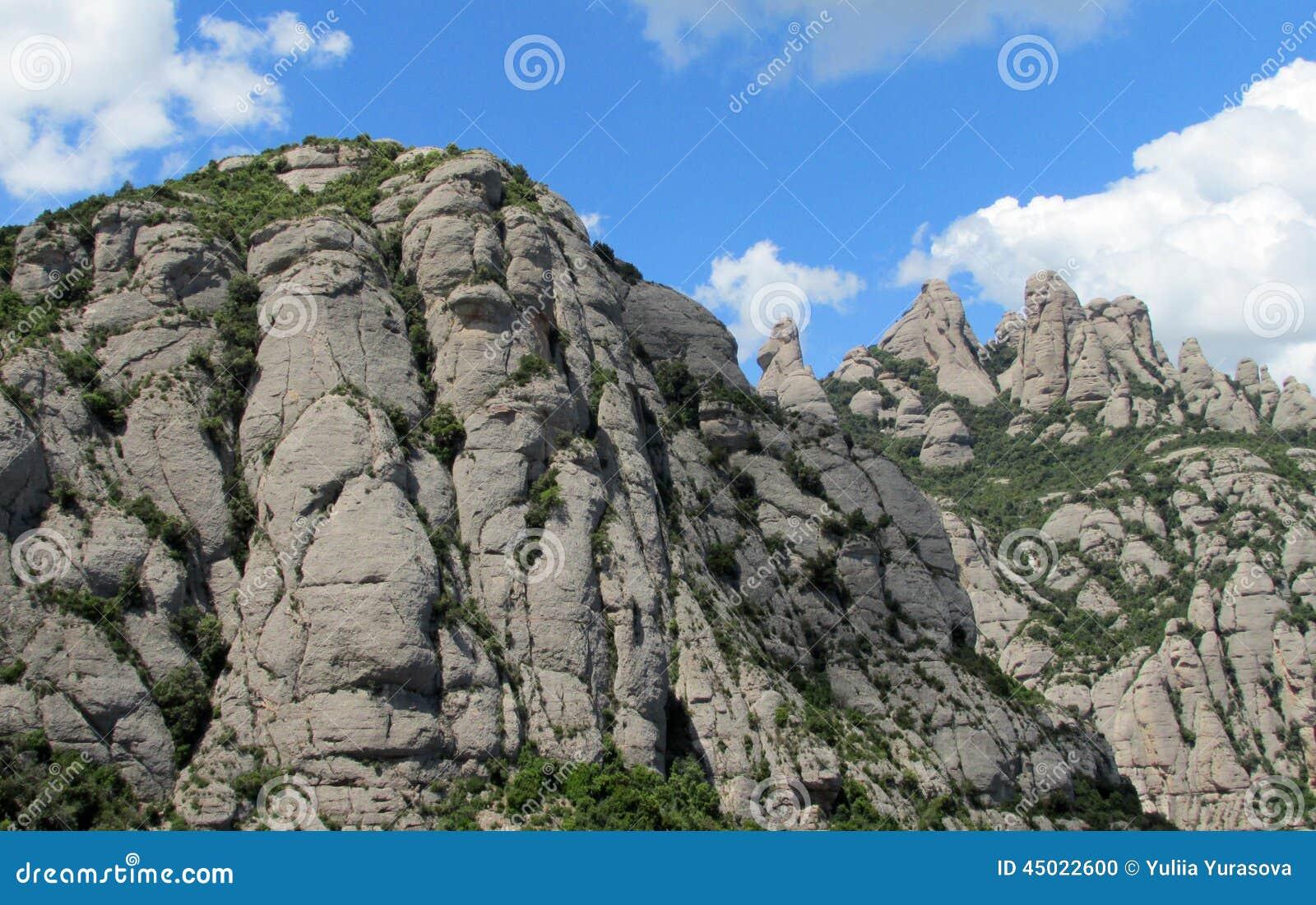 De mooie ongebruikelijke gestalte gegeven vormingen van de bergrots van Montserrat, Spanje
