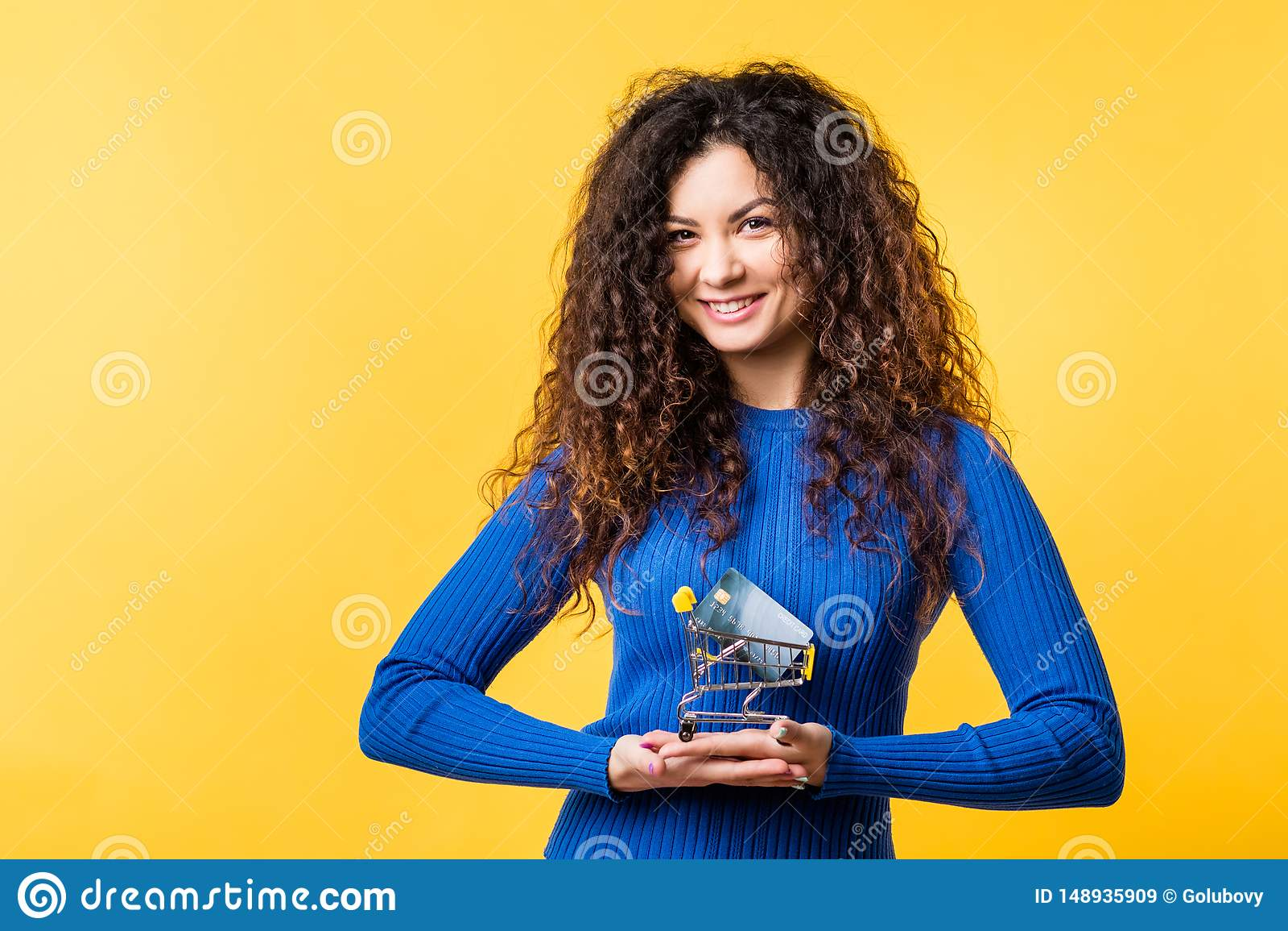 De mooie online transactie van de vrouwencreditcard
