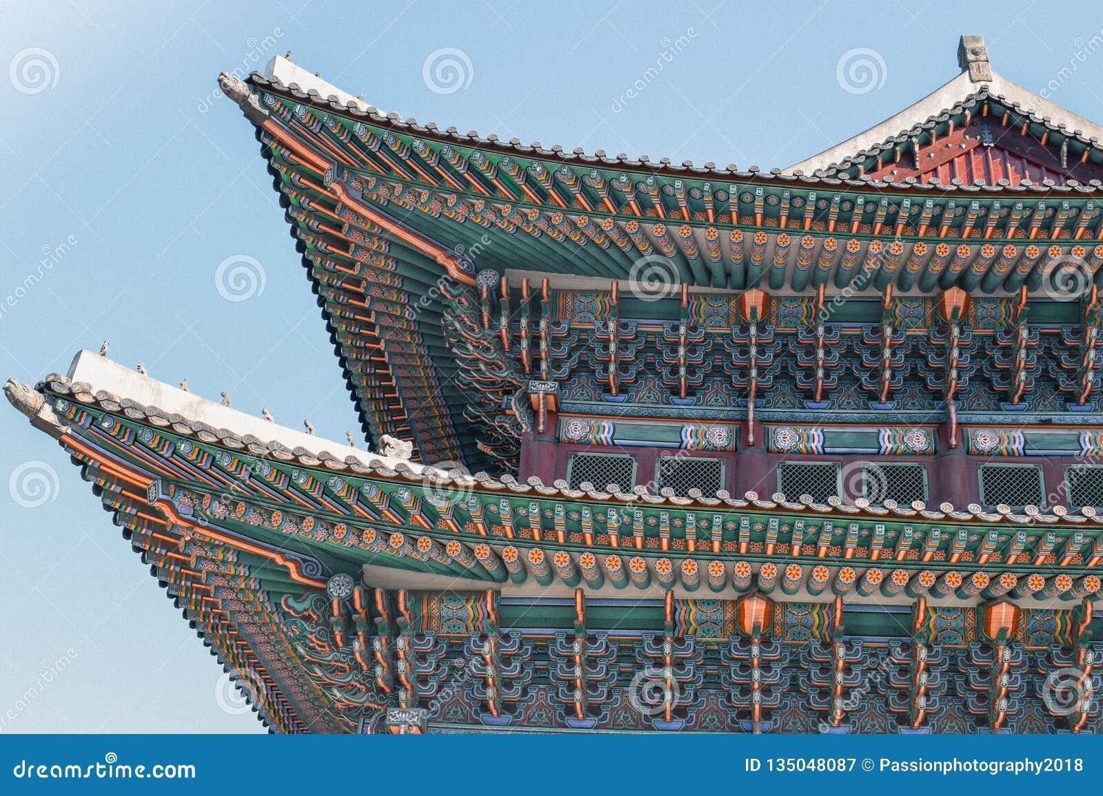 De mooie ornamenten op het kleurrijke dak van het Gyeongbokgung-Paleis in Seoel Korea