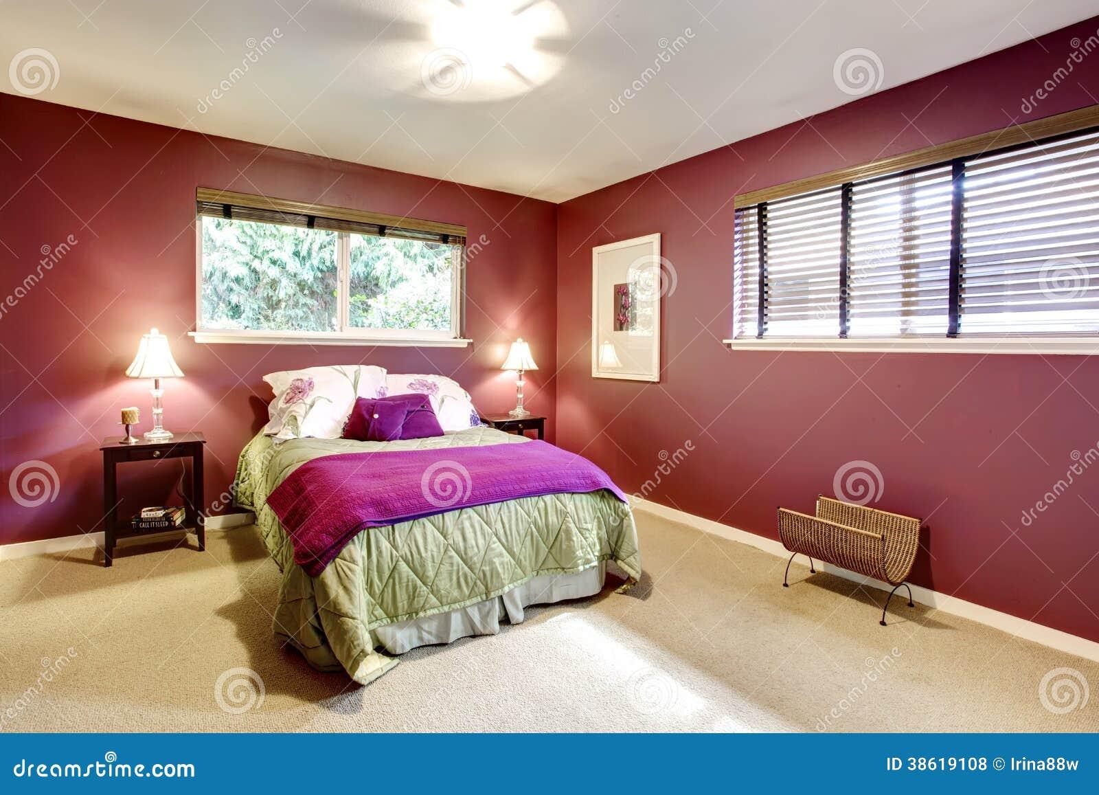 Elegante slaapkamer met beige van het tapijtvloer en contrast kleuren ...