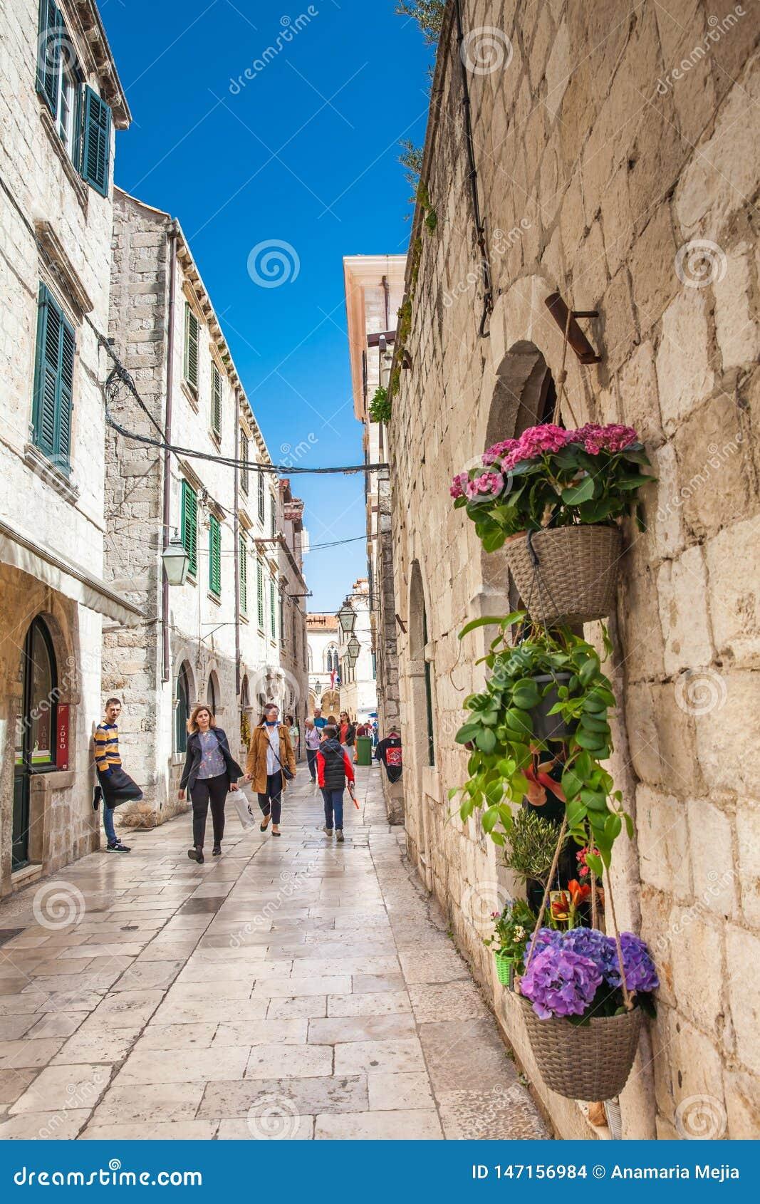 De mooie stegen bij de ommuurde oude stad van Dubrovnik