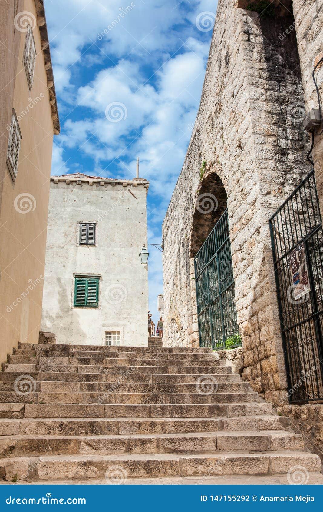 De mooie steile stegen bij de ommuurde oude stad van Dubrovnik