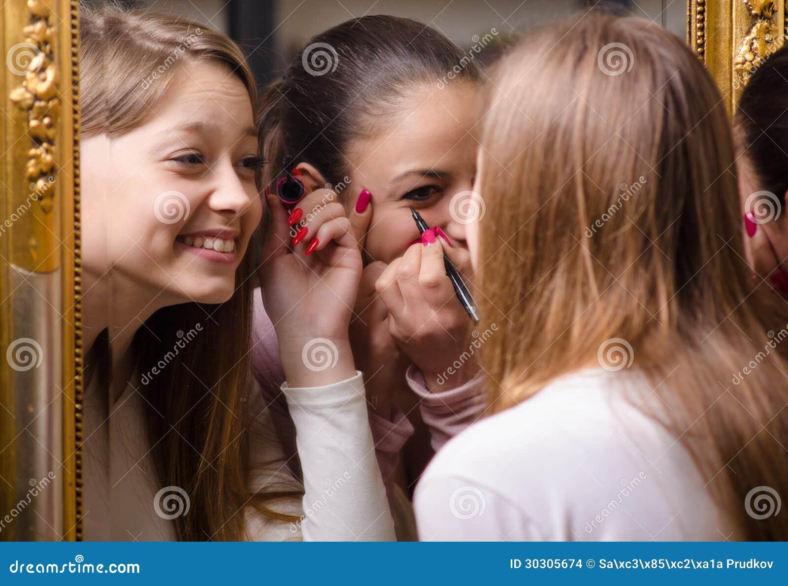 Het mooie meisjes zetten maakt omhoog voor de spiegel stock afbeeldingen afbeelding 30305674 - Tiener meisje foto ...