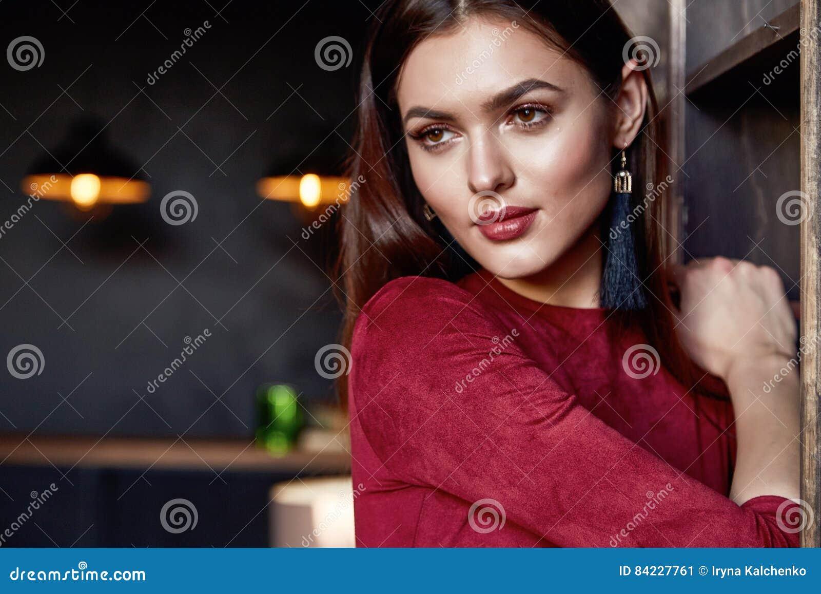 De mooie van de de lenteherfst van de vrouwendame van de de inzamelingsglamour model de manierkleren dragen bureaustijl voor mooi
