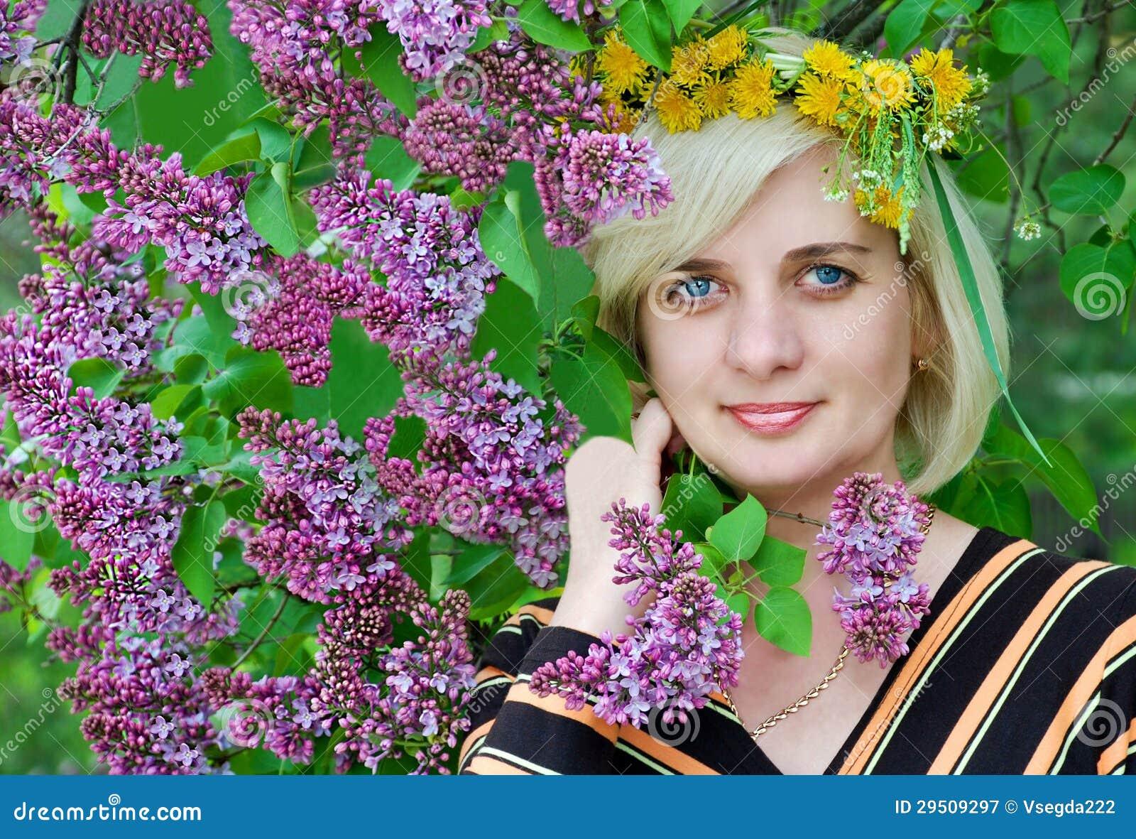 De mooie vrouw droeg een kroon van bloemen