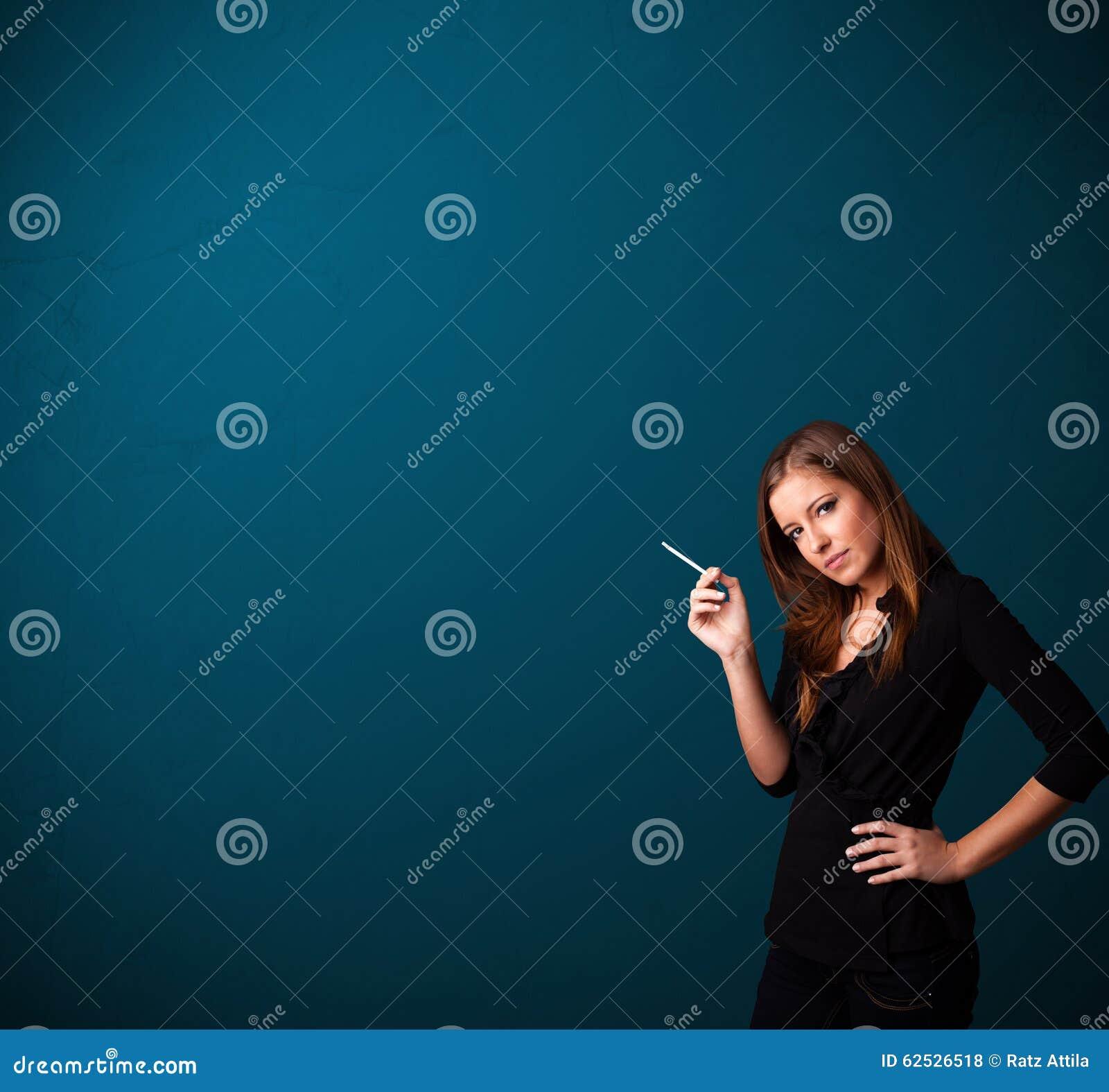De mooie vrouw het roken ruimte van het sigaret vith exemplaar stock foto afbeelding 62526518 - Ruimte van het meisje parket ...