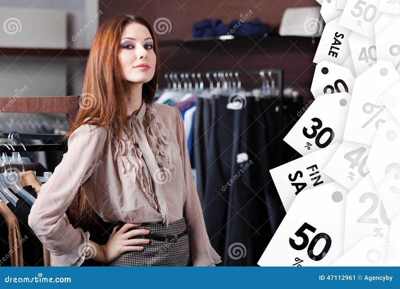 De mooie vrouw is in het winkelcentrum